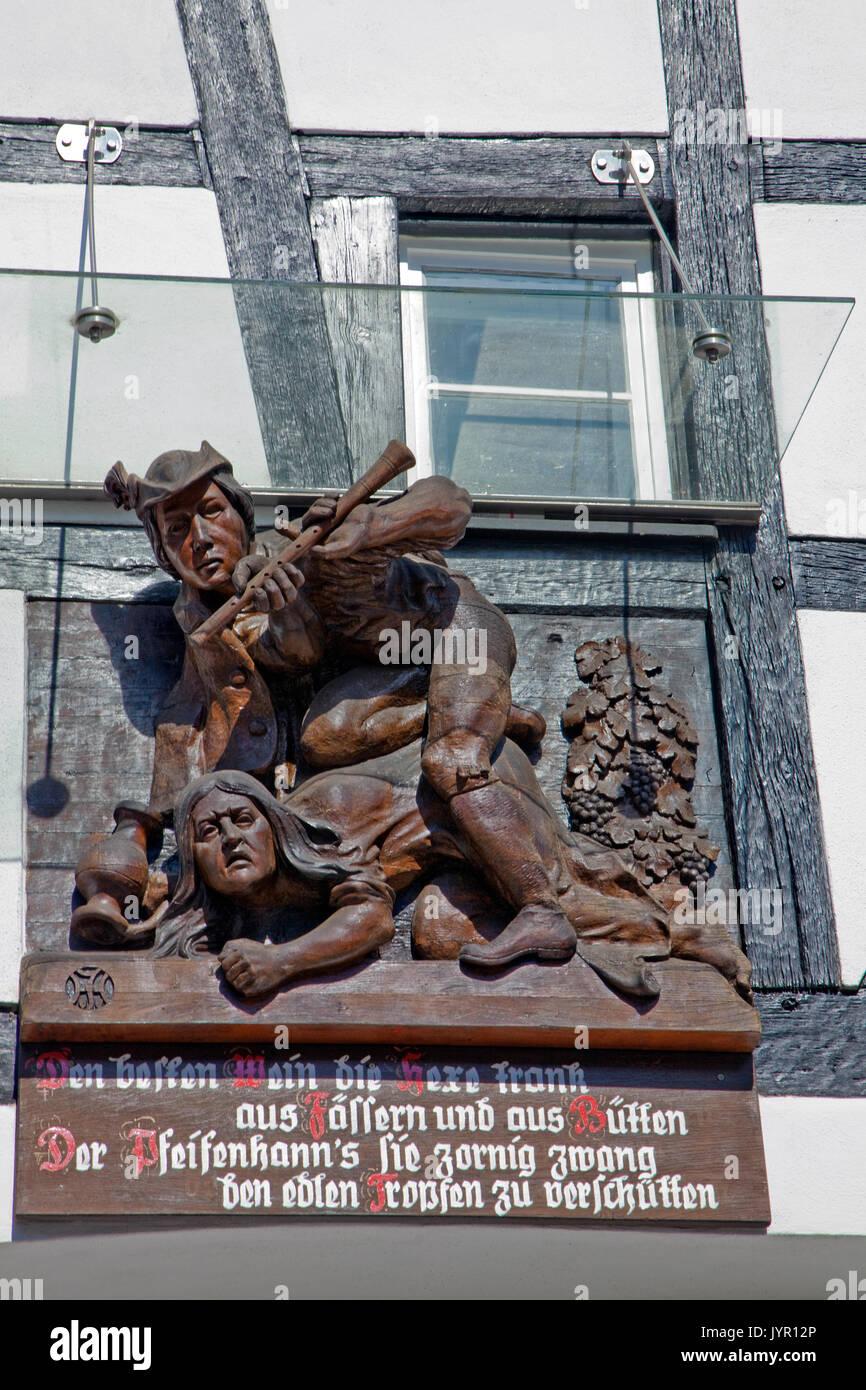 Holzschnitzerei mit Volksspruch an einer Fachwerkfassade, Weinort Winningen, Untermosel, Landkreis Mayen-Koblenz, Rheinland-Pfalz, Deutschland, Europa - Stock Image