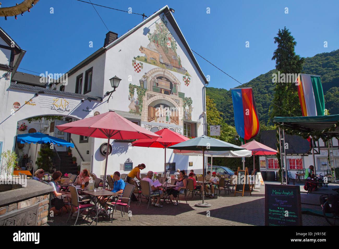 Aussengastronomie am Weinhexbrunnen, Weinort Winningen, Untermosel, Landkreis Mayen-Koblenz, Rheinland-Pfalz, Deutschland, Europa | Outside gastronomy - Stock Image