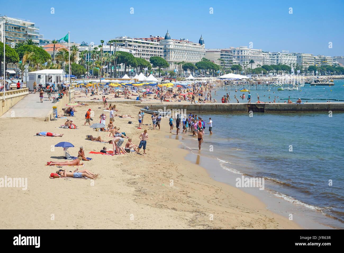Plage Publique (public beach), Cannes, Côte d'Azur, Alpes-Maritimes, Provence-Alpes-Côte d'Azur, France - Stock Image