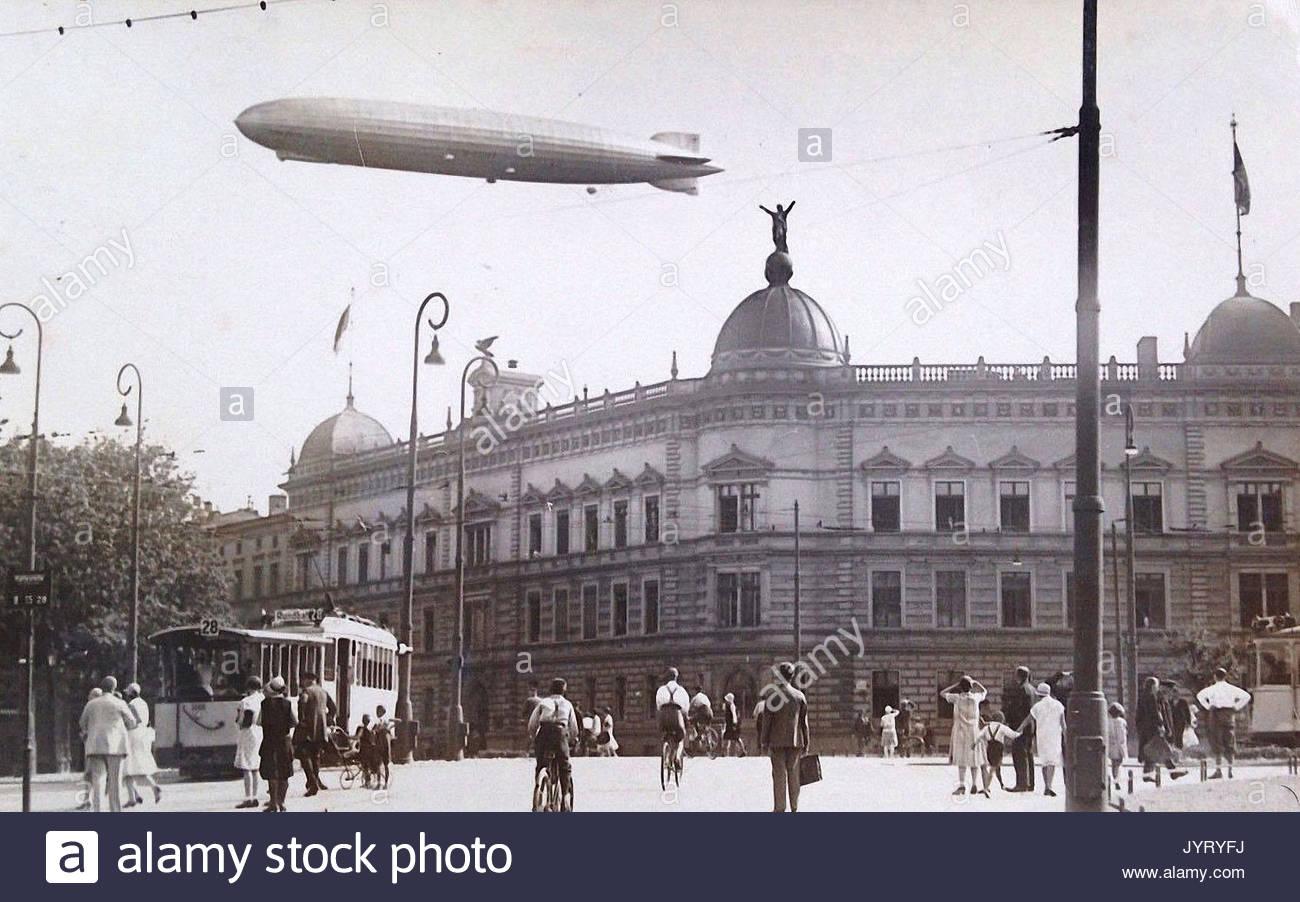 https://c8.alamy.com/comp/JYRYFJ/old-photograph-showing-graf-zeppelin-flying-over-breslau-in-germany-JYRYFJ.jpg