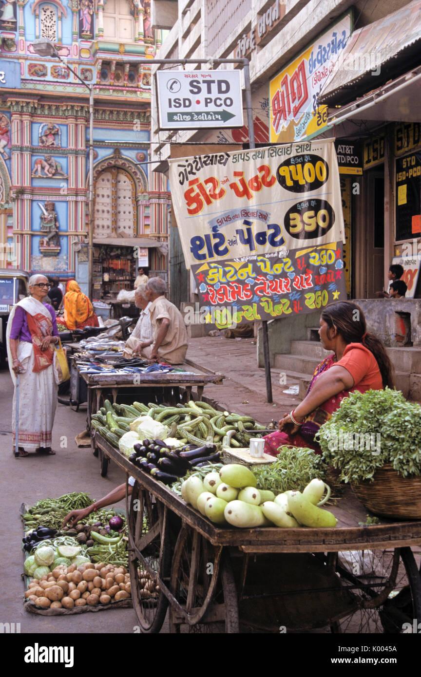 Street vendors outside ornate Hindu temple, Ahmedabad, Gujarat, India - Stock Image