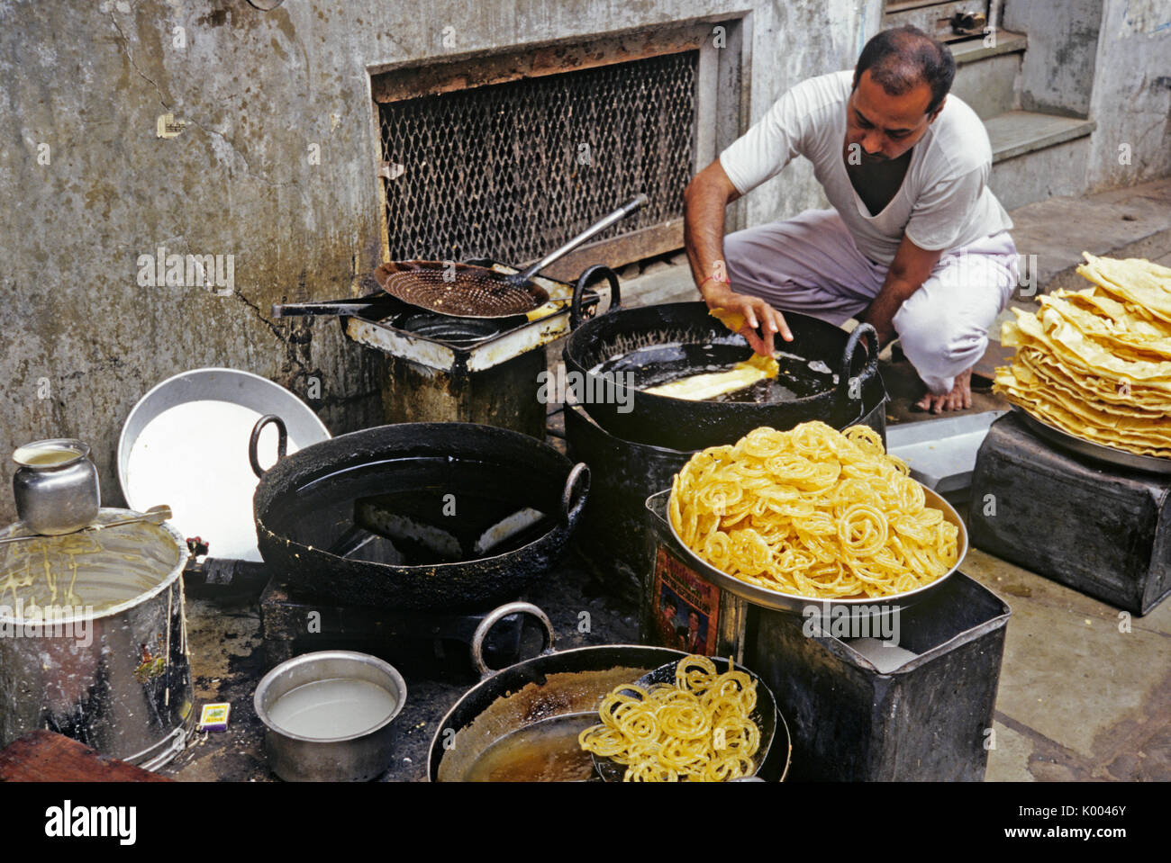 Man cooking and selling food on street, Ahmedabad, Gujarat, India - Stock Image