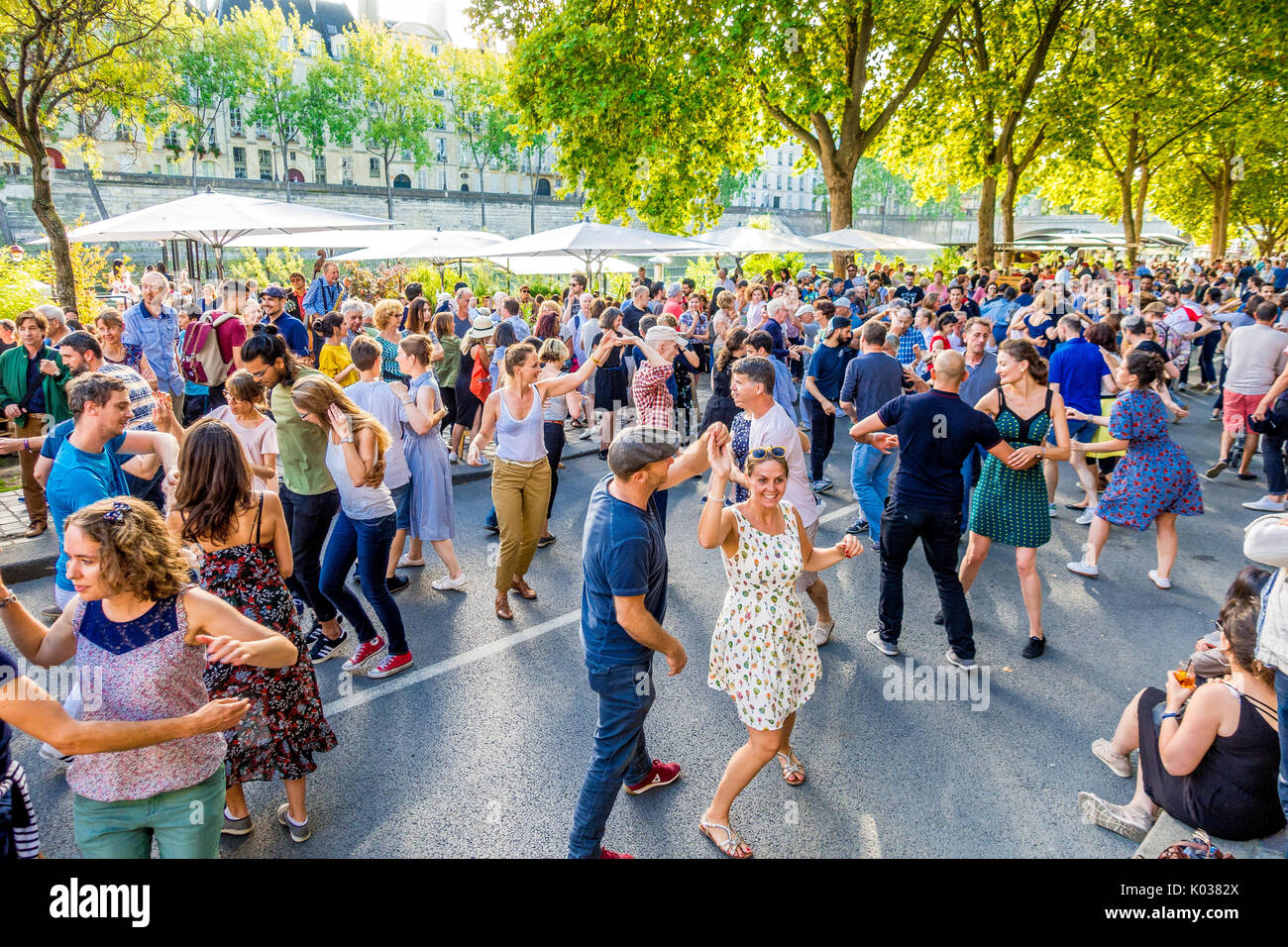 Crowds gather for the annual Paris Plages to dance - Stock Image