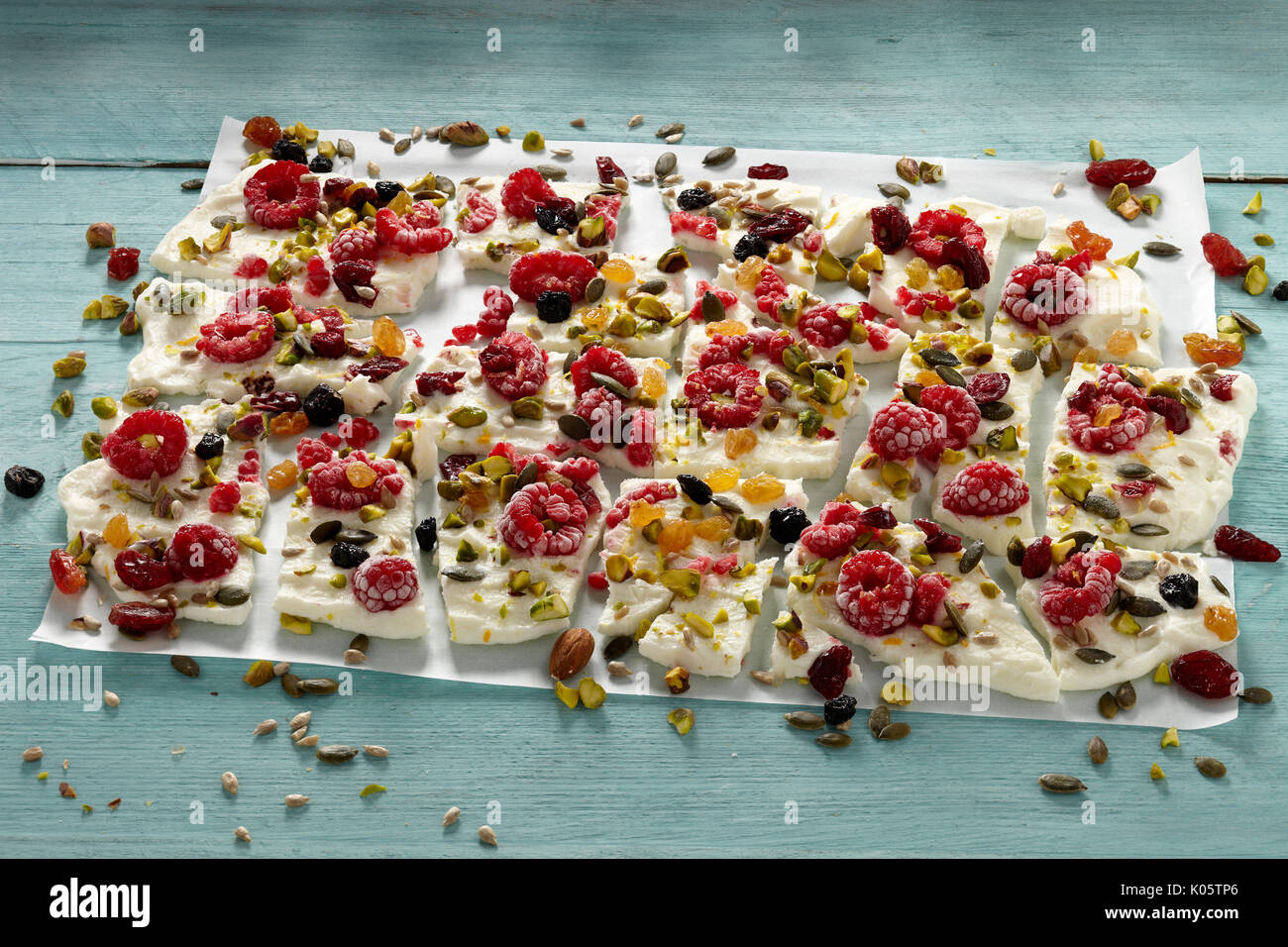 Frozen Greek yogurt bark - Stock Image