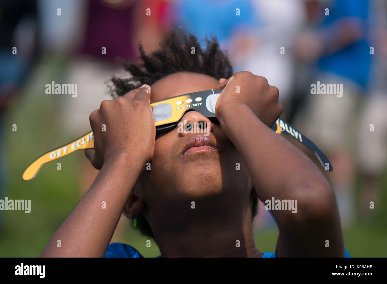 Amherst, USA. 21st Aug, 2017. African American boy watching eclipse in Amherst MA Credit: Edgar Izzy/Alamy Live News - Stock Image