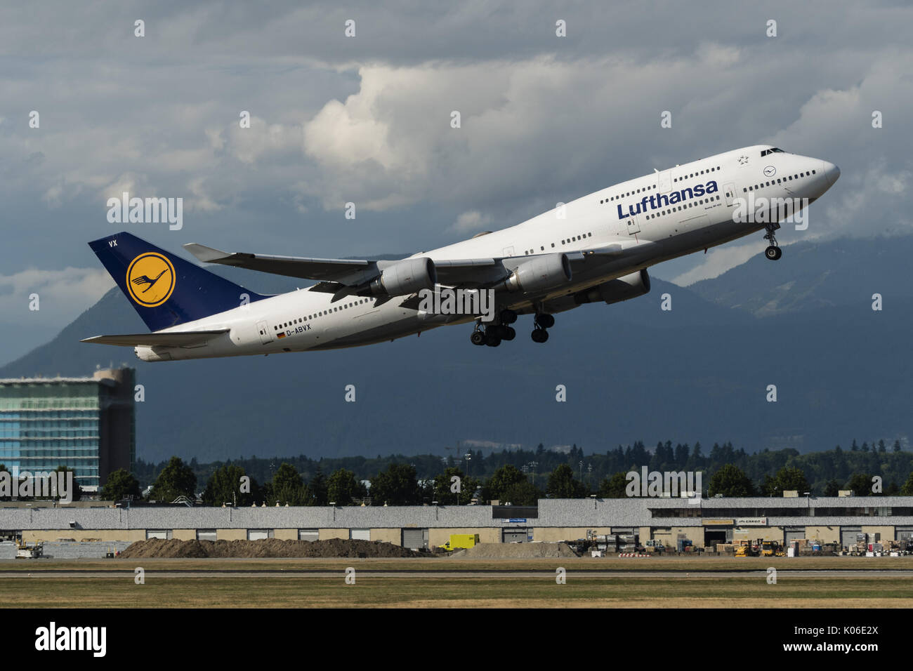 Richmond, British Columbia, Canada. 18th Aug, 2017. A Lufthansa Boeing 747-400 (D-ABVX) wide-body jet airliner takes Stock Photo