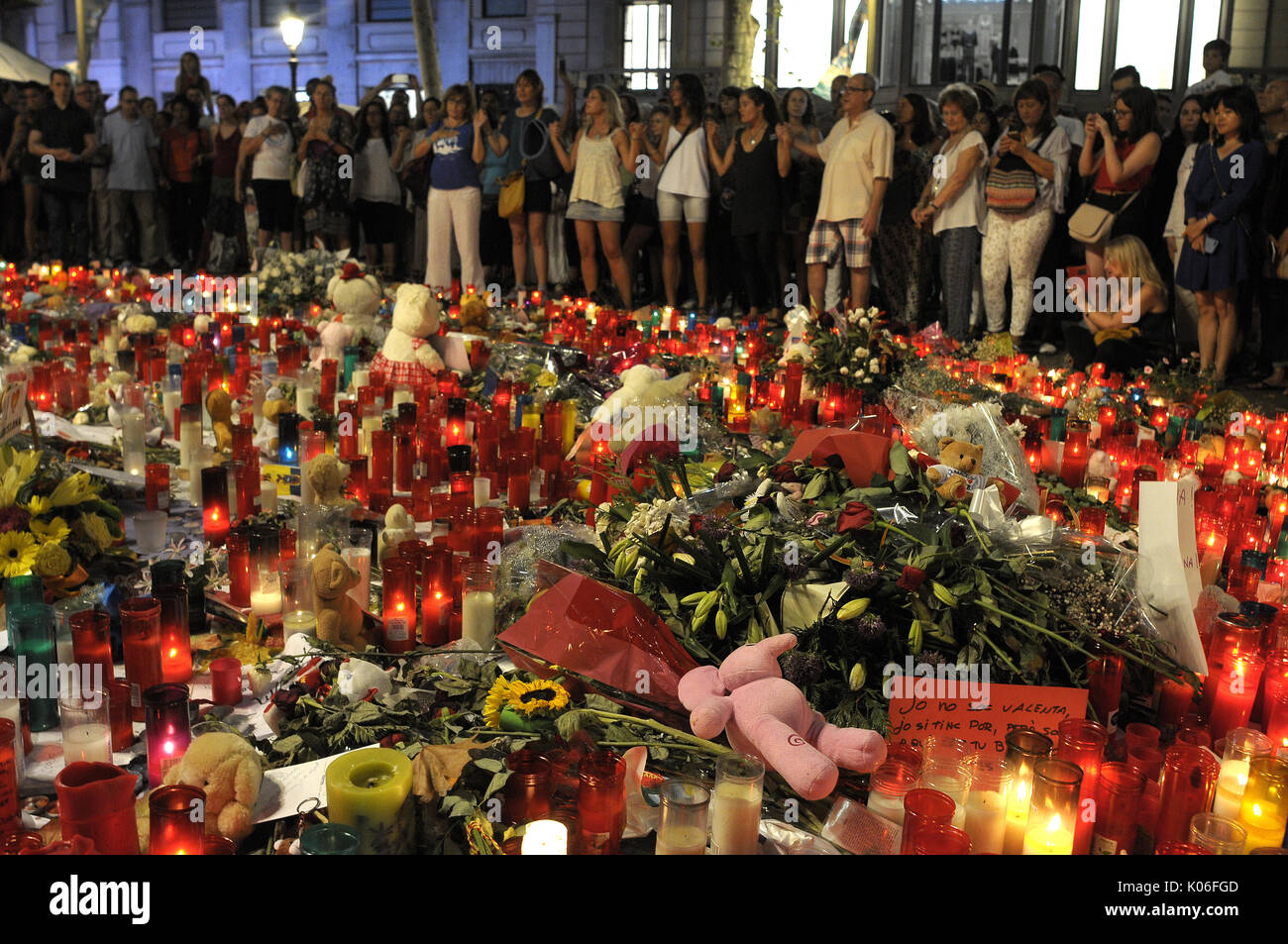 Las Ramblas, Barcelona, Spain. 20th  August 2017.People bring flowers, light up candles and leave dolls prayers and meditations At the beginning  of the Ramblas to pay  tribute  to the victims of  the terrorist attack in Barcelona. Credit: fototext/Alamy Life News - Stock Image