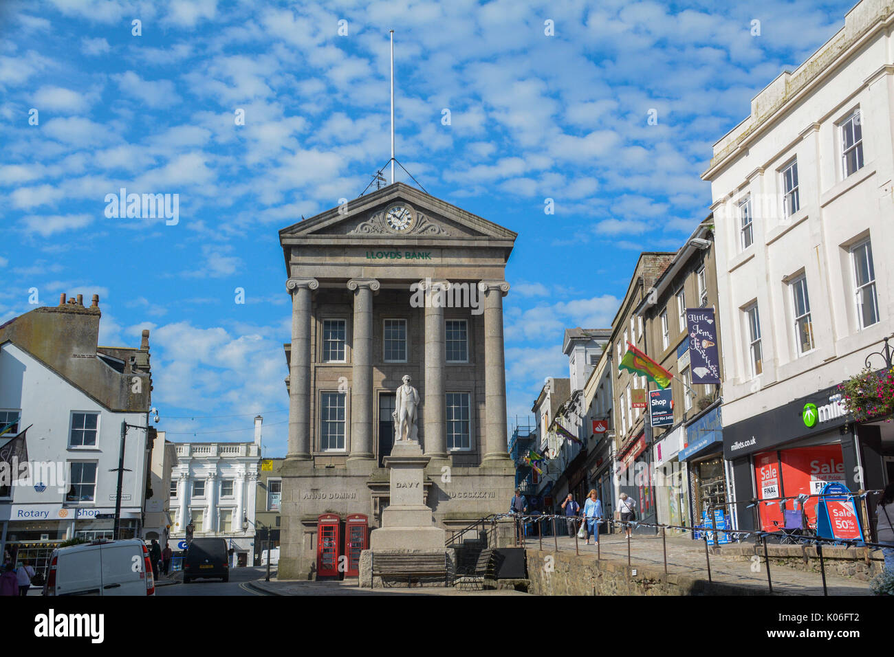 Penzance, Cornwall, UK. 22nd August 2017. The statue of Sir Humphry Davy in Penzance high street, has  been given a pirate eye patch, ahead of the world record attempt this Sunday in Penzance. On 27th August there will be a Guinness World Records Attempt to regain Penzances title of hosting the largest gathering of Pirates.  15,000 Pirates are needed. Credit: Simon Maycock/Alamy Live News - Stock Image