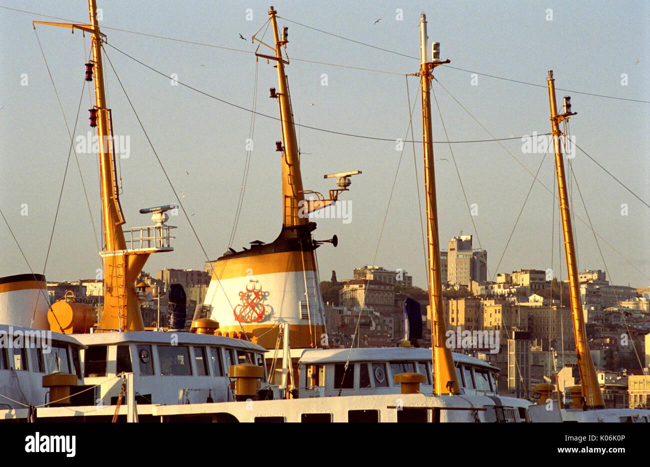 ISTANBUL FERRY - PASSERELLES ET MATS DES FERRY  - ISTANBUL HARBOUR - SILVER FILM © Frédéric BEAUMONT - Stock Image