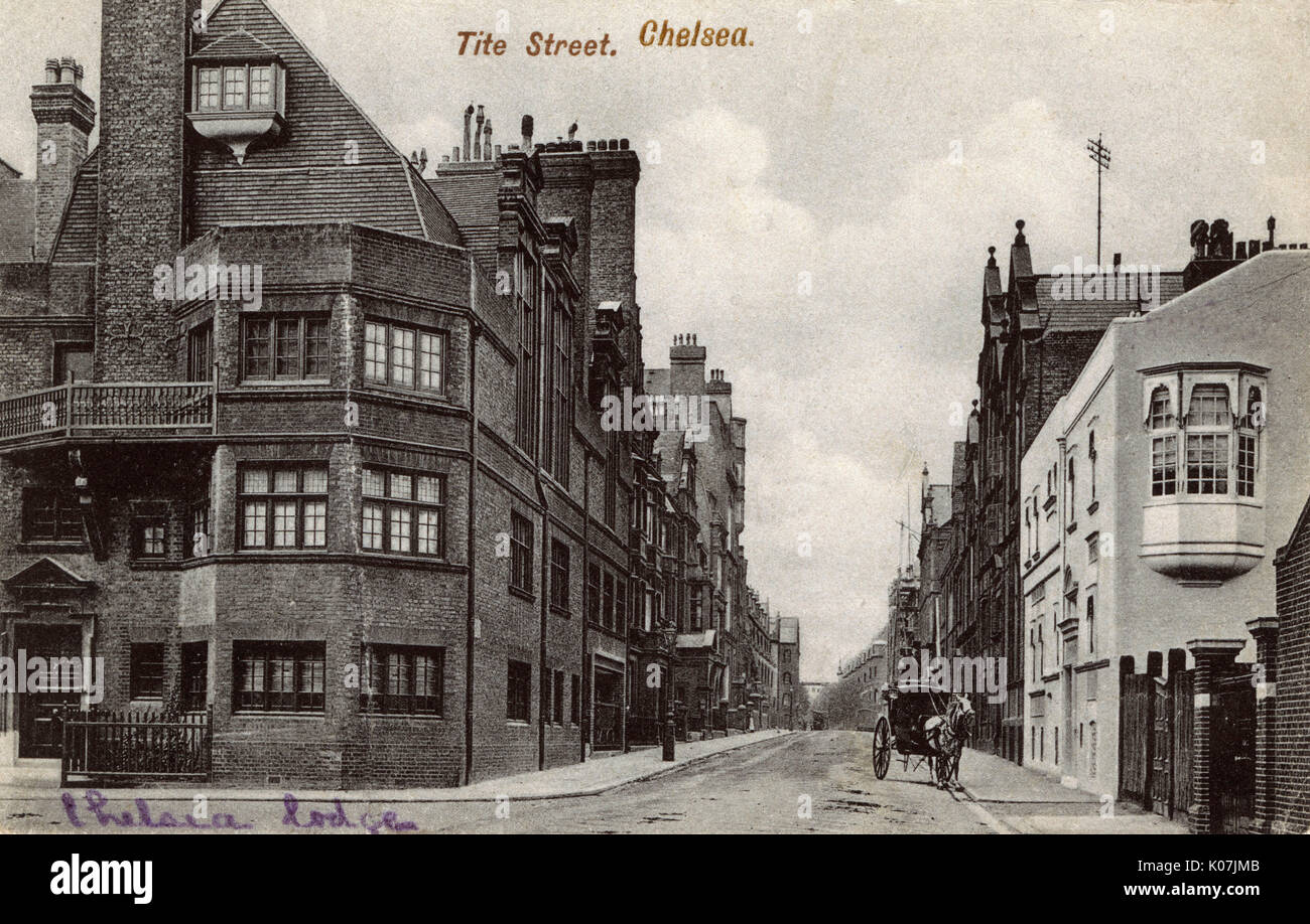 Tite Street, Chelsea, London. Chelsea Lodge (left) and James McNeil Whistler's 'famous' White House, designed by Edward William Godwin (right - demolished in 1968).     Date: 1905 - Stock Image