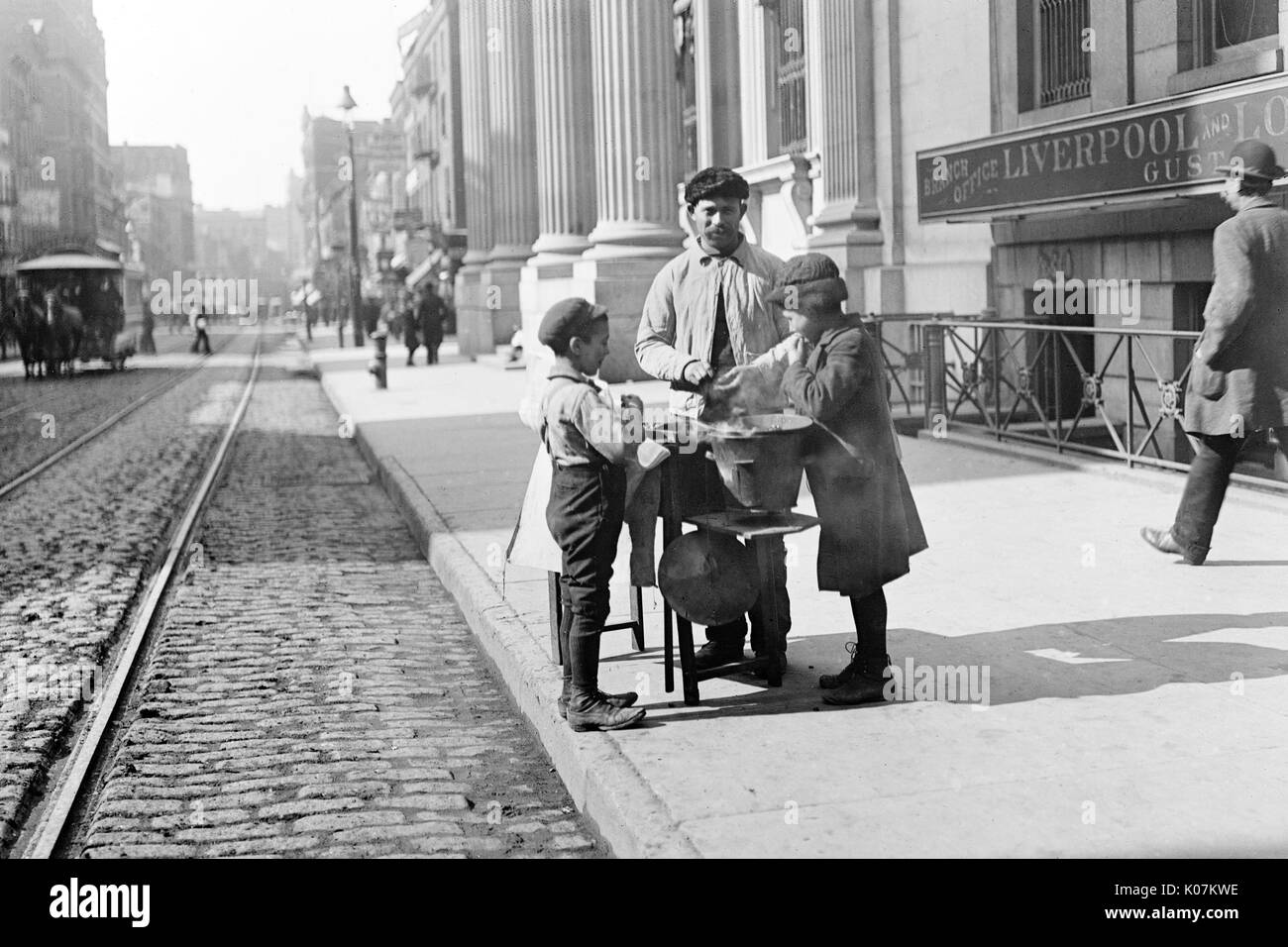 Peanut vendor selling nuts on 42nd Street in New York, USA     Date: 1906 - Stock Image