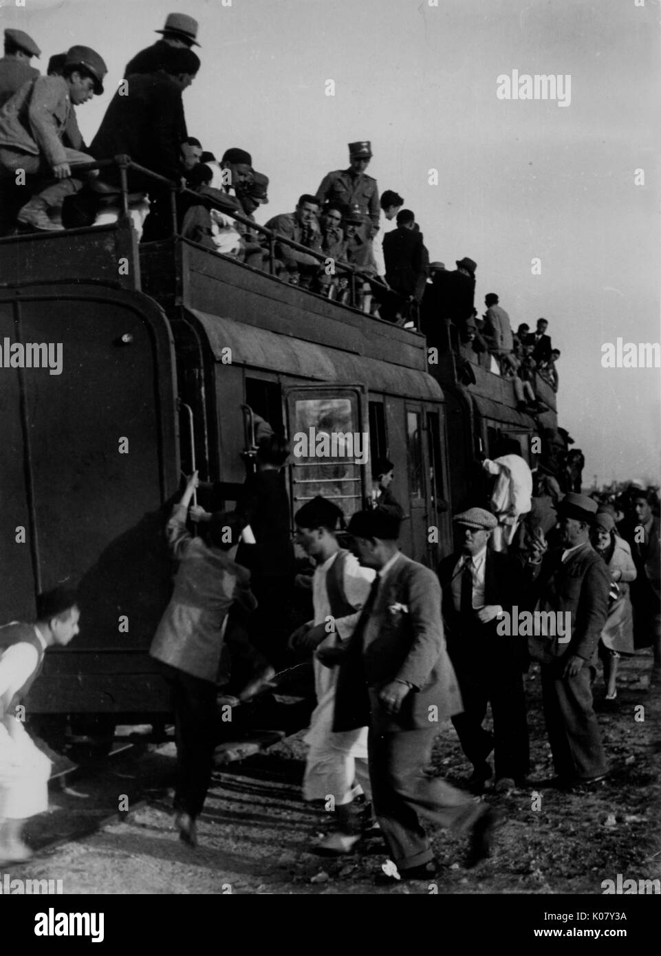 Libya's ';Desert Express';, jammed with soldiers, colonists and natives. The Gadames-Tripoli railway runs 350 miles through unbearable heat, unprotected from the sun     Date: 1940s - Stock Image