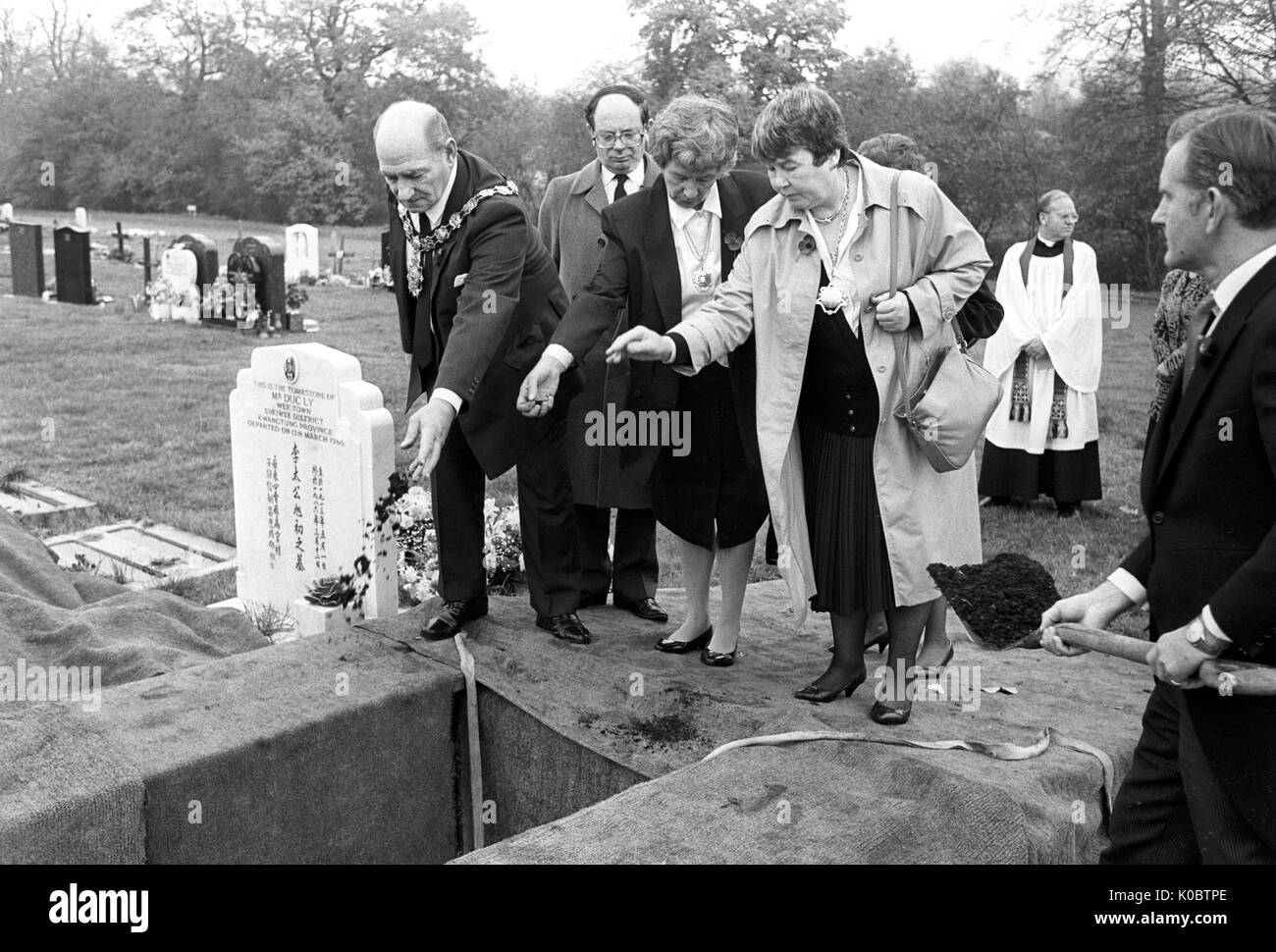 (L-R) Bill Budd, the Mayor of Camden, Gerald Isaaman, Chairman of the King's Cross Disaster Fund, the Mayor's wife Iris Budd, and the former Mayor's wife Eileen Williams at the graveside in St Pancras Cemetery, London, where two unknown victims of the King's Cross Underground Station fire were buried. - Stock Image
