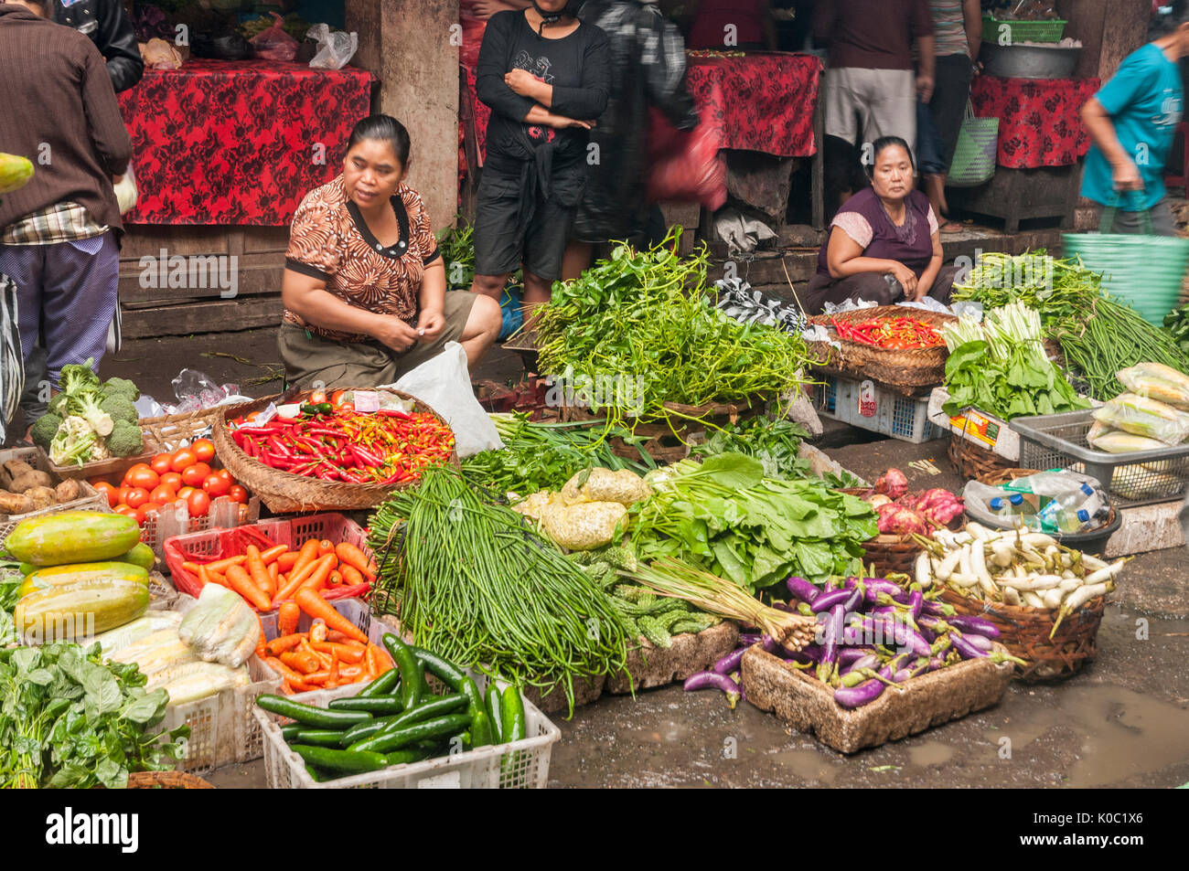 Women selling fruit and vegetables, at the market in Ubud, Bali, Indonesia - Stock Image