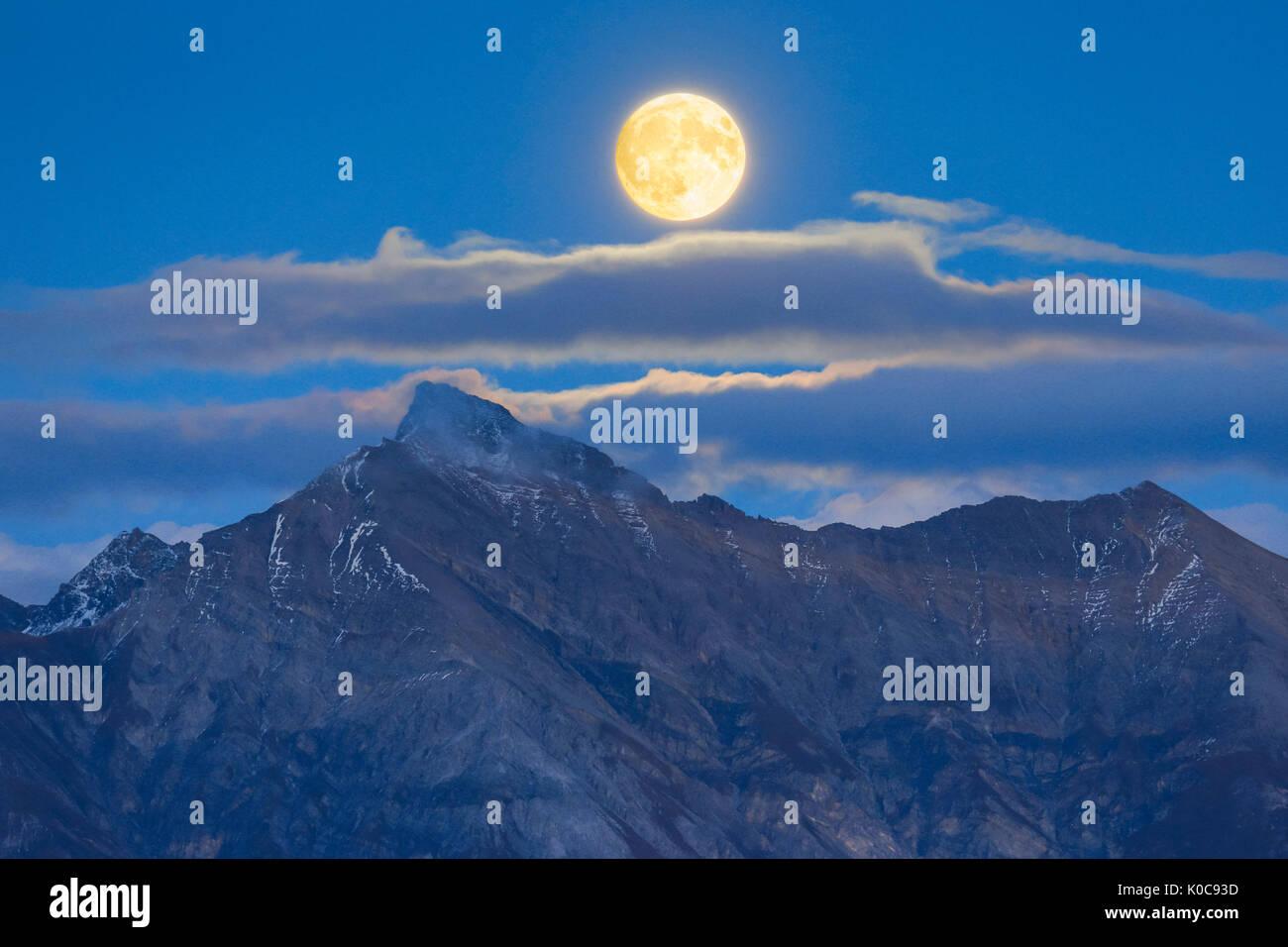 Vollmond über Bündner Alpen, Graubünden, Schweiz - Stock Image