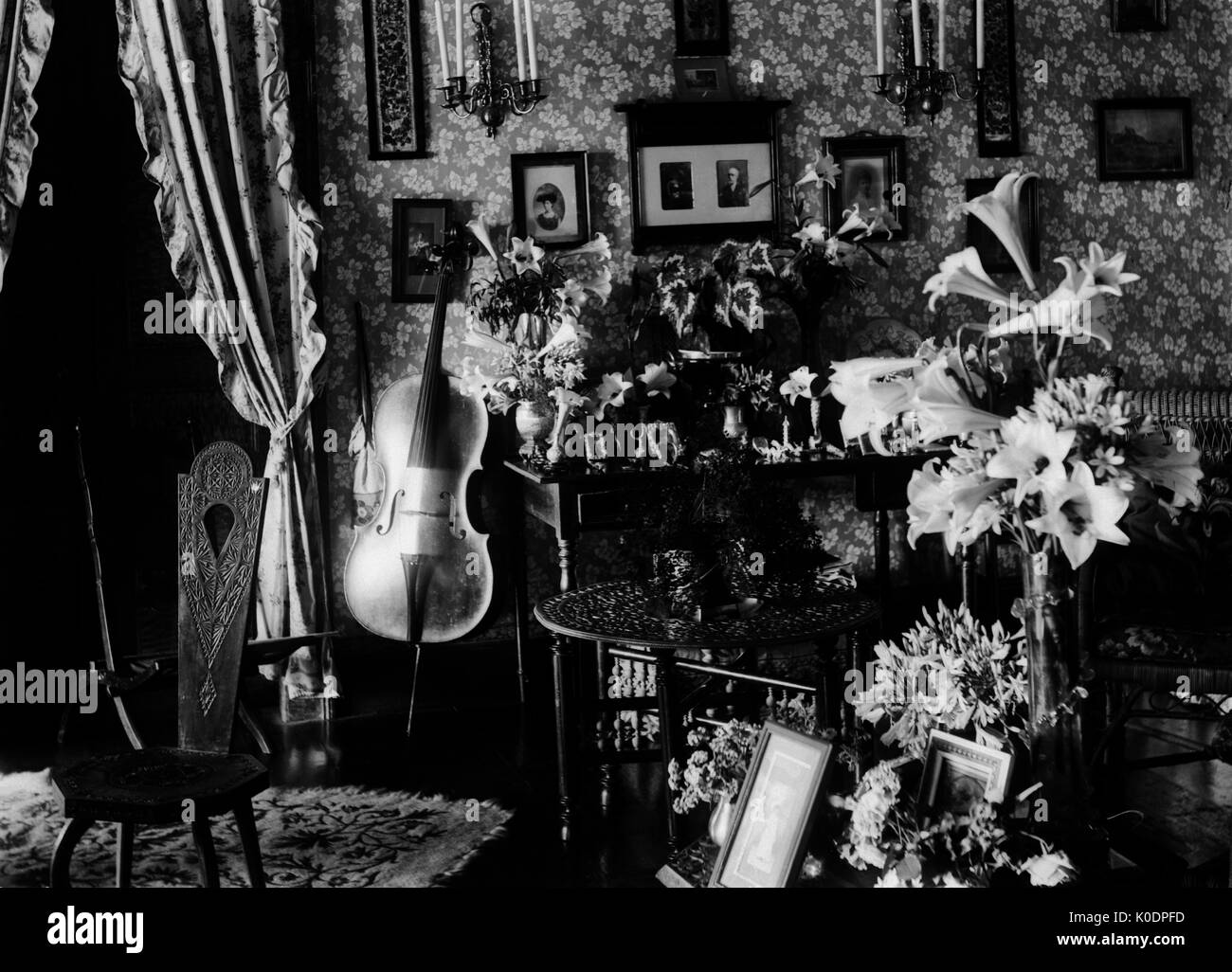 EDWARDIAN ERA INTERIOR   HOME INTERIOR FILLED WITH KNICK KNACKS, FLOWERS,  PICTURES, FURNITURE AND MUSICAL INSTRUMENT. PHOTOGRAPHER:UNKNOWN © DIGITAL  IMAGE ...