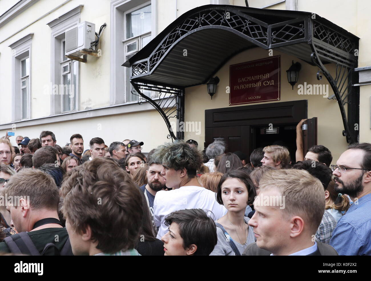 Moscow, Russia. 23rd Aug, 2017. People gather by Moscow's Basmanny District Court ahead of a hearing into theatre and film director Kirill Serebrennikov' case. On August 22, 2017, Serebrennikov was detained on fraud charges; he is accused of embezzling 68 million roubles ($1.1 million) of state funding allocated for the Platforma theatre project between 2011 and 2014. Artyom Geodakyan/TASS - Stock Image