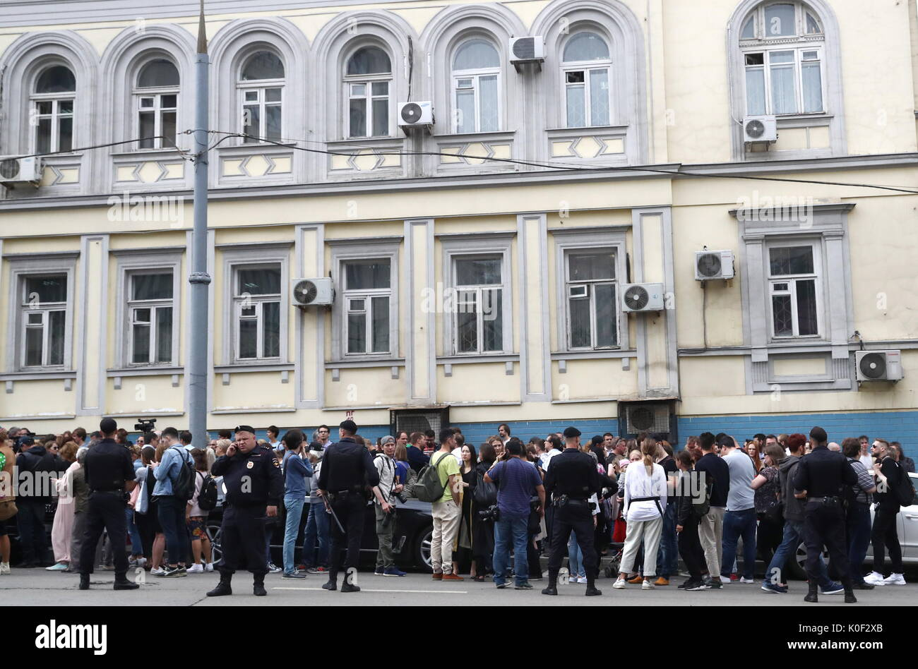 Moscow, Russia. 23rd Aug, 2017. People gather by Moscow's Basmanny District Court ahead of a hearing into theatre and film director Kirill Serebrennikov' case. On August 22, 2017, Serebrennikov was detained on fraud charges; he is accused of embezzling 68 million roubles ($1.1 million) of state funding allocated for the Platforma theatre project between 2011 and 2014. Stanislav Krasilnikov/TASS - Stock Image