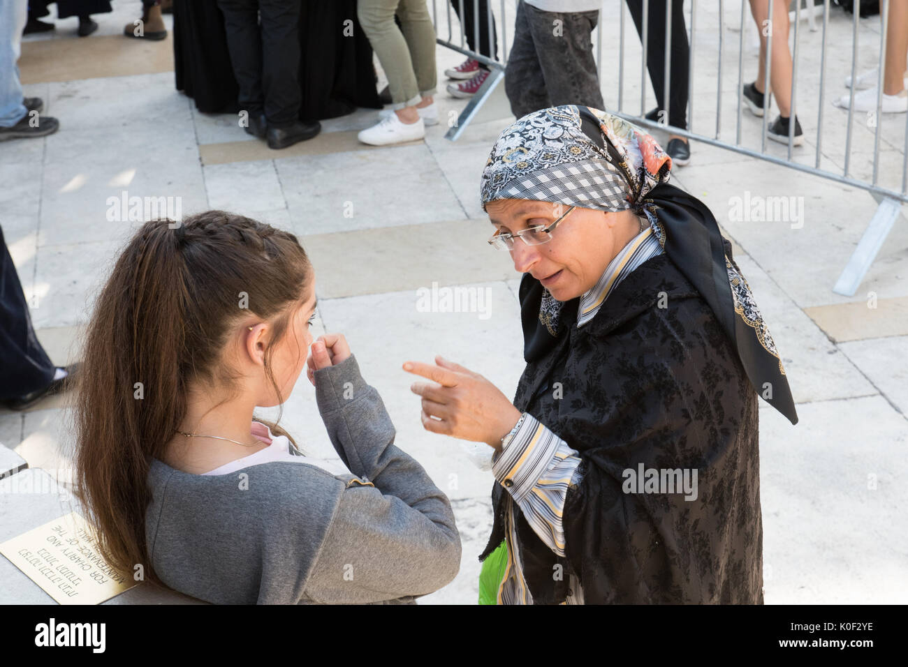 Jerusalem, Israel. 23rd Aug, 2017. Woman talking with one of the girls that were protesting during the Women of the Wall Rosh HaHodesh Elul prayer at the Western Wall in Jerusalem. Credit: Valentin Sama-Rojo/Alamy Live News - Stock Image