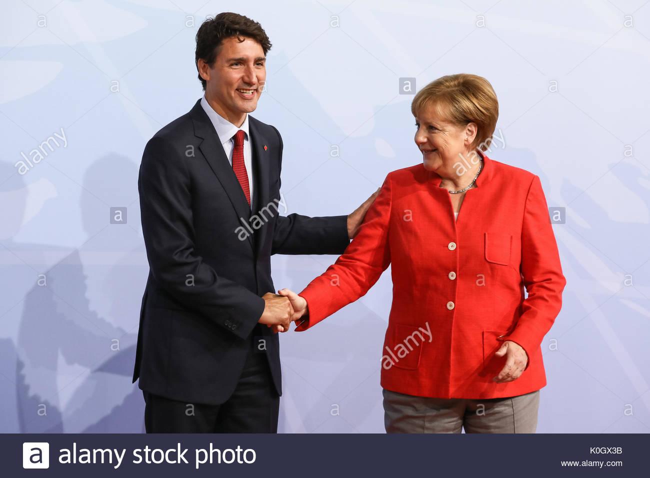 Justin Trudeau, Premierminister Kanadas wird beim Defilee / Empfang zum G20 Gipfel in den Messehallen in Hamburg von Bundeskanzlerin Angela Merkel emp - Stock Image