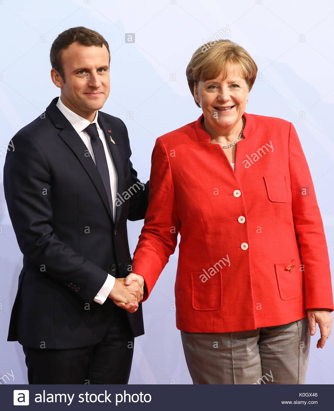 Emmanuel Macron, Präsident von Frankreich wird beim G20 Gipfel in den Messehallen in Hamburg von Bundeskanzlerin Stock Photo