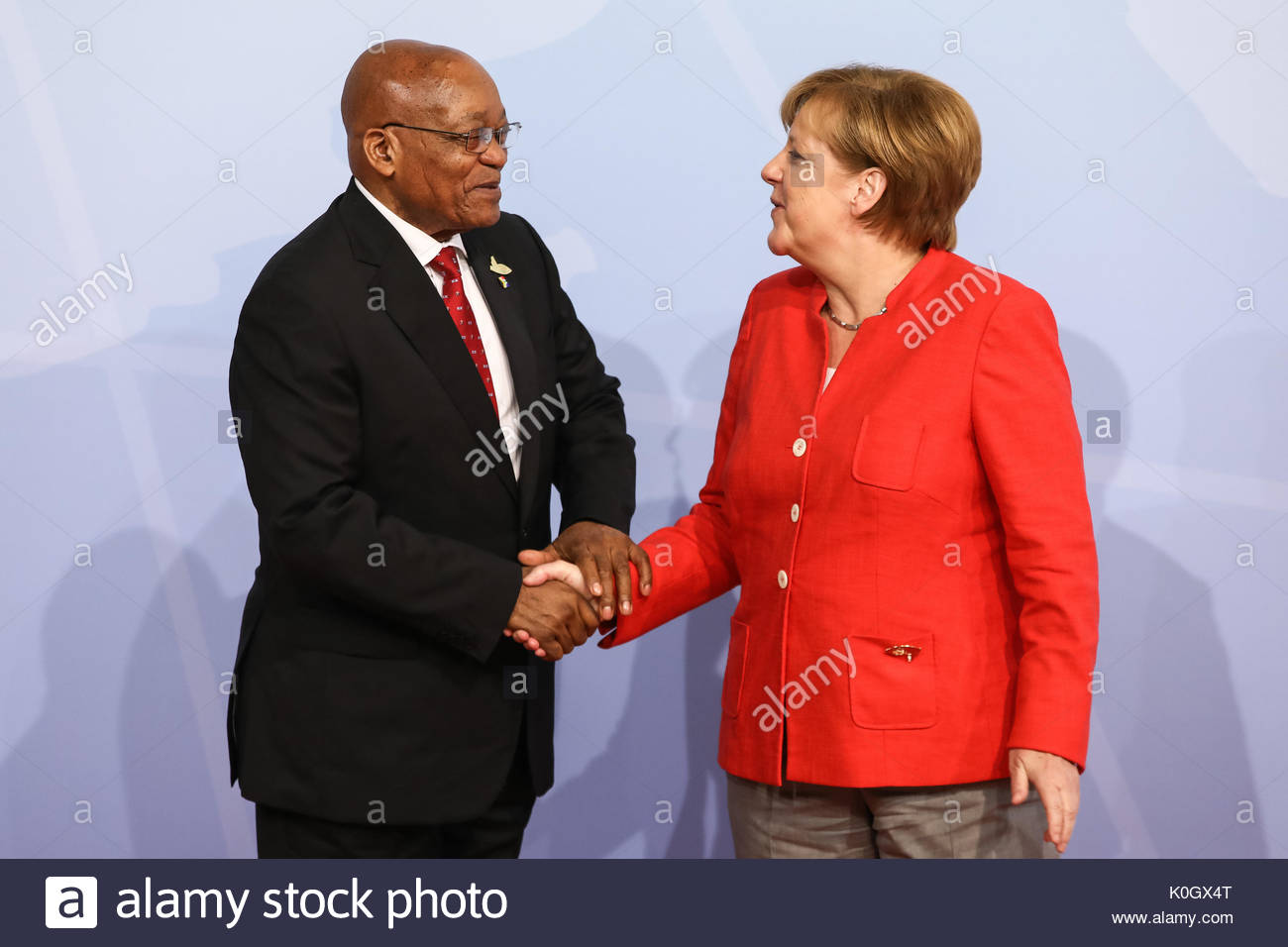 Jacob Zuma, Praesident Suedafrikas wird beim Defilee / Empfang zum G20 Gipfel in den Messehallen in Hamburg von Bundeskanzlerin Angela Merkel empfange - Stock Image