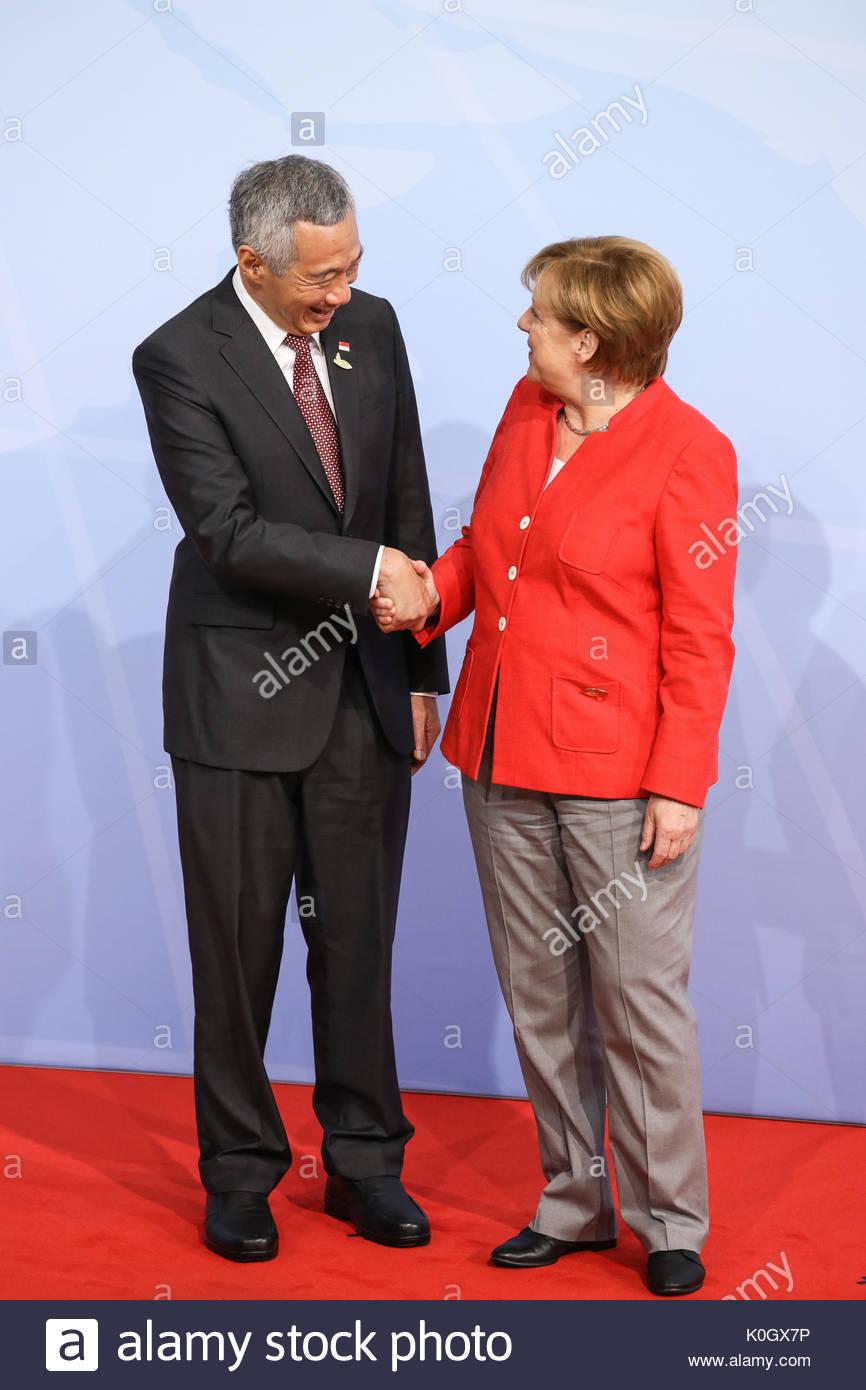Lee Hsien Loong, Premierminister von Singapur wird beim Defilee / Empfang mit Bundeskanzlerin Angela Merkel. G20 Gipfel in den Messehallen in Hamburg. - Stock Image