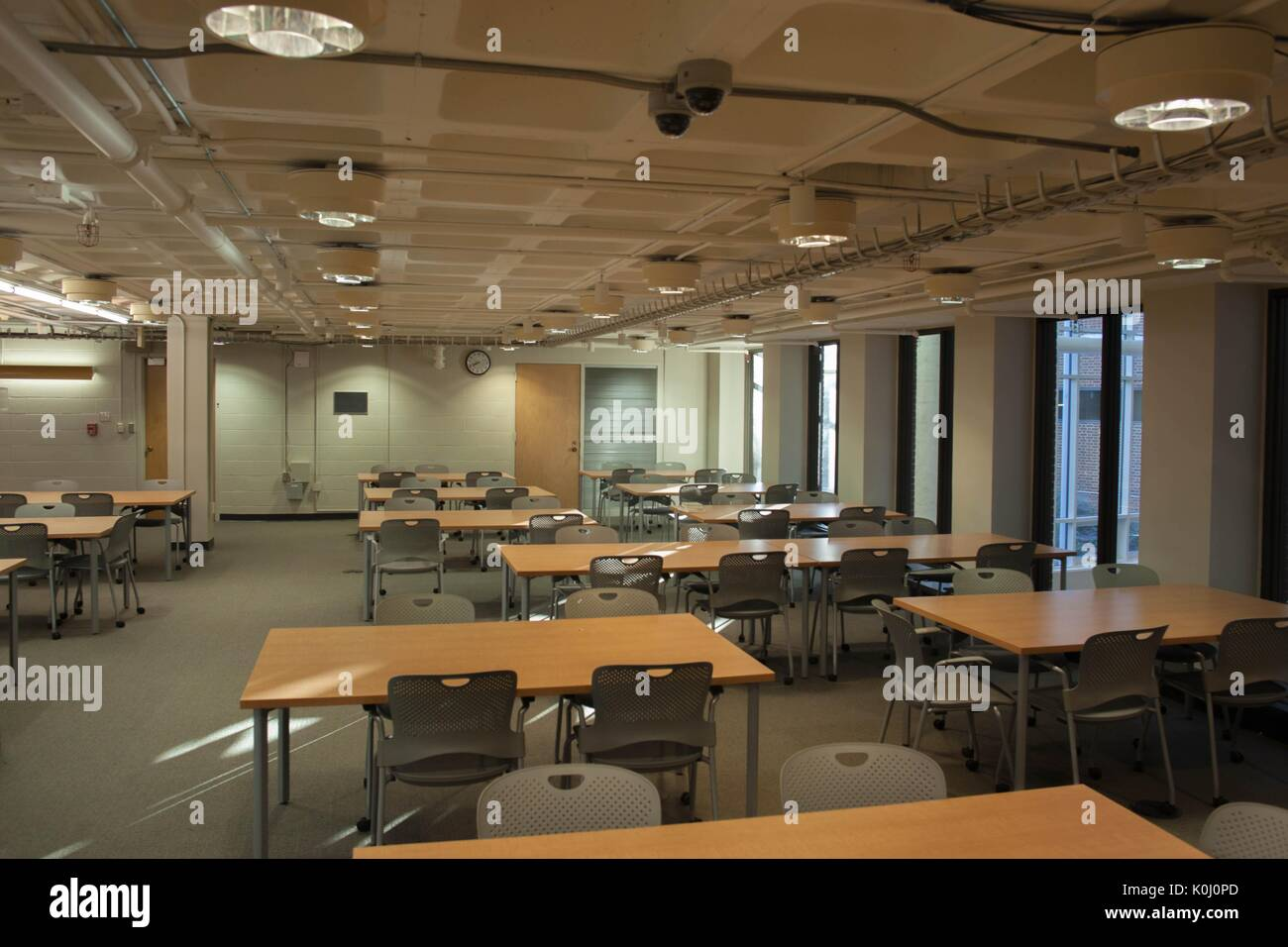 A study space, complete with tables and chairs on wheels, on A-Level of the Milton S. Eisenhower Library on the Homewood campus of the Johns Hopkins University in Baltimore, Maryland, 2015. Courtesy Eric Chen. - Stock Image