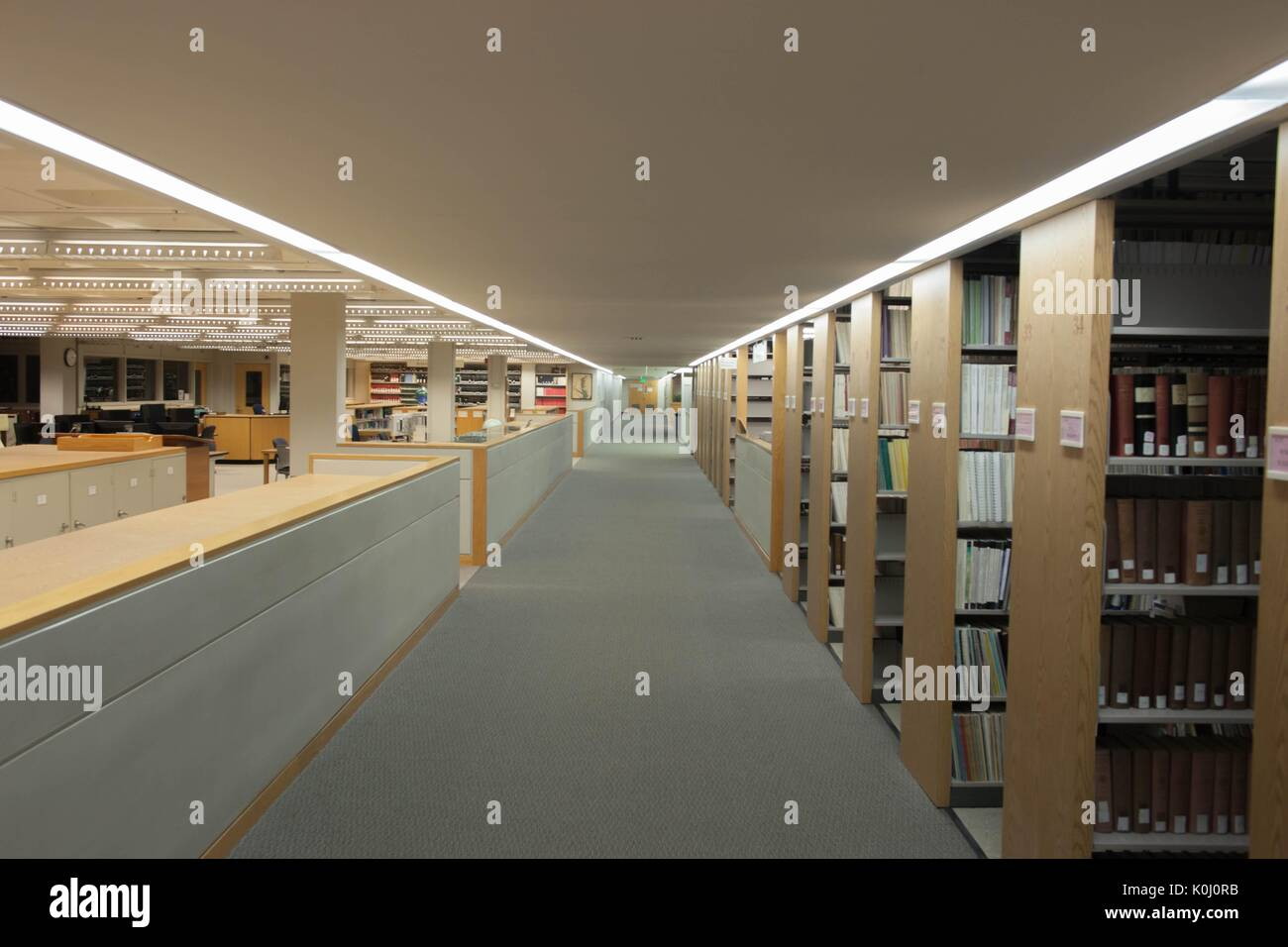 Stacks full of books and study spaces on A-Level of the Milton S. Eisenhower Library on the Homewood campus of the Johns Hopkins University in Baltimore, Maryland, 2015. Courtesy Eric Chen. - Stock Image