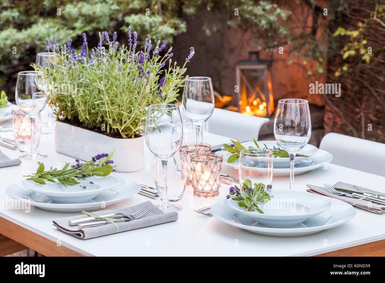 Deutschland, Garten, Terrasse, Holzdeck, Gartenmöbel, Moderne Sitzgruppe,  Gedeckter Tisch,