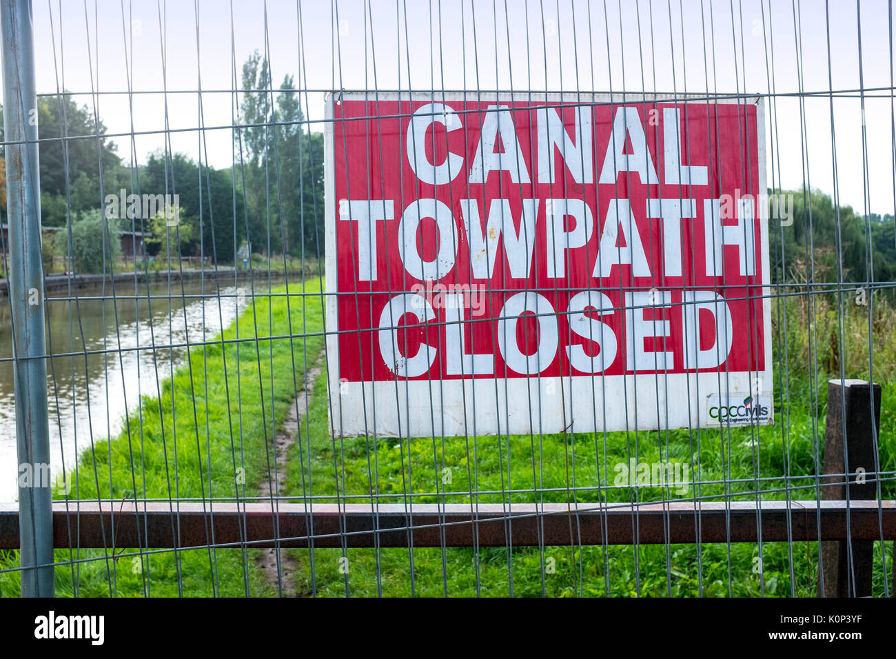 Towpath closed sign on the Trent and Mersey Canal in Cheshire UK - Stock Image