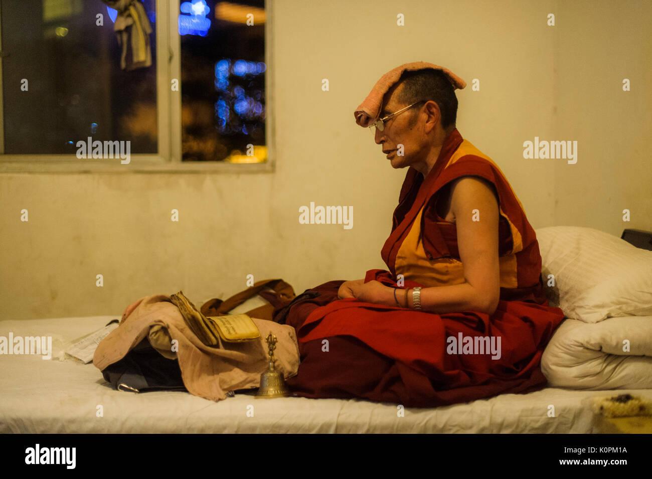 Tibetan Buddhist monk praying, Chengdu, China - Stock Image