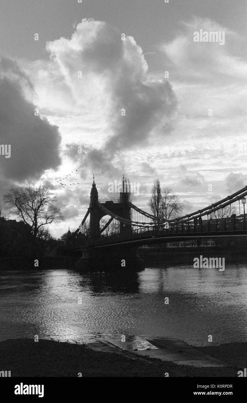 River Thames at  Hammersmith Bridge on a cloudy day, West London, 2000 by Suzie Maeder - Stock Image