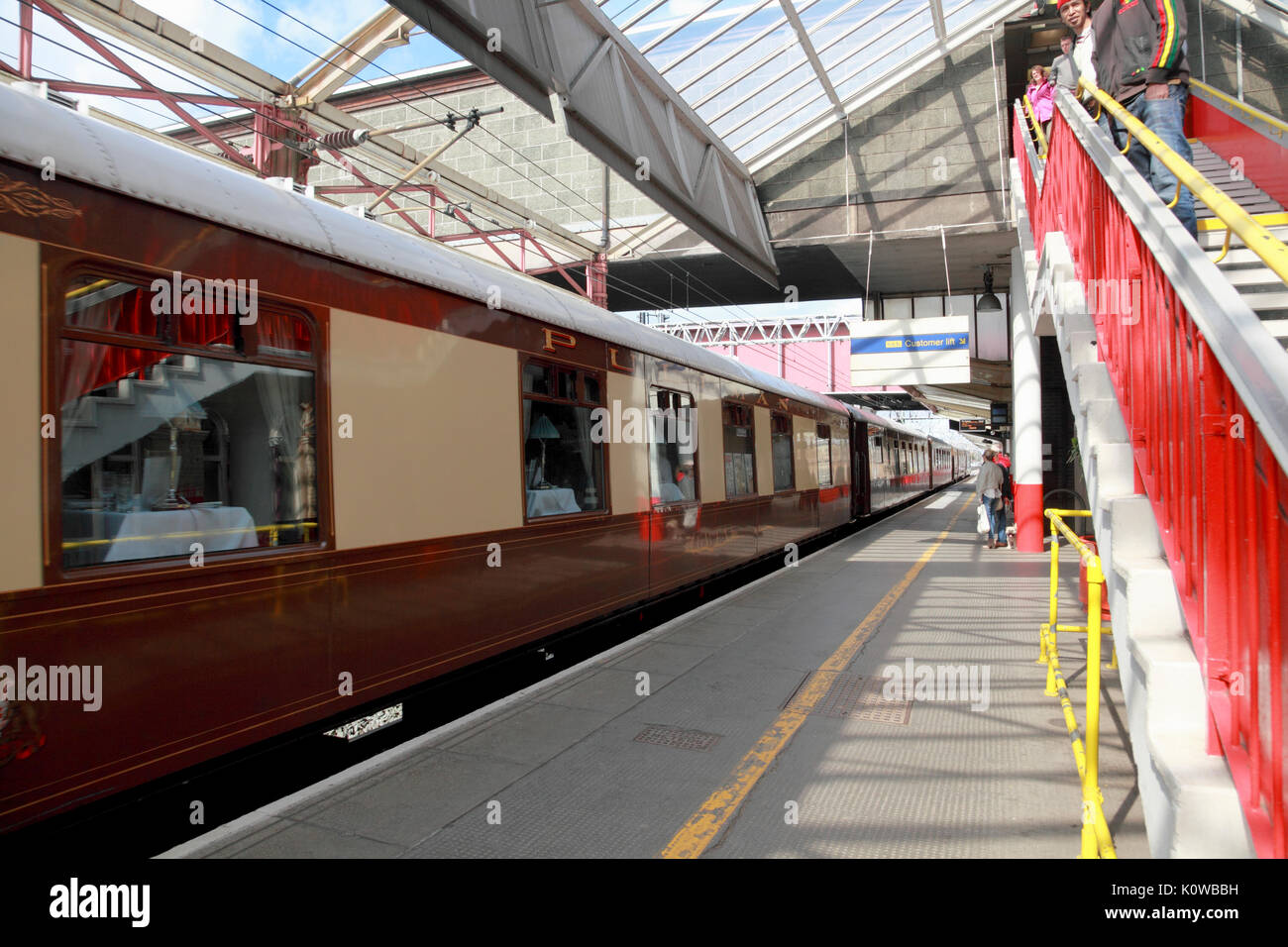 A Pullman carriage at Platform 5, Crewe Station, currently (2017) one of the platforms used for the Virgin West Coast trains - Stock Image