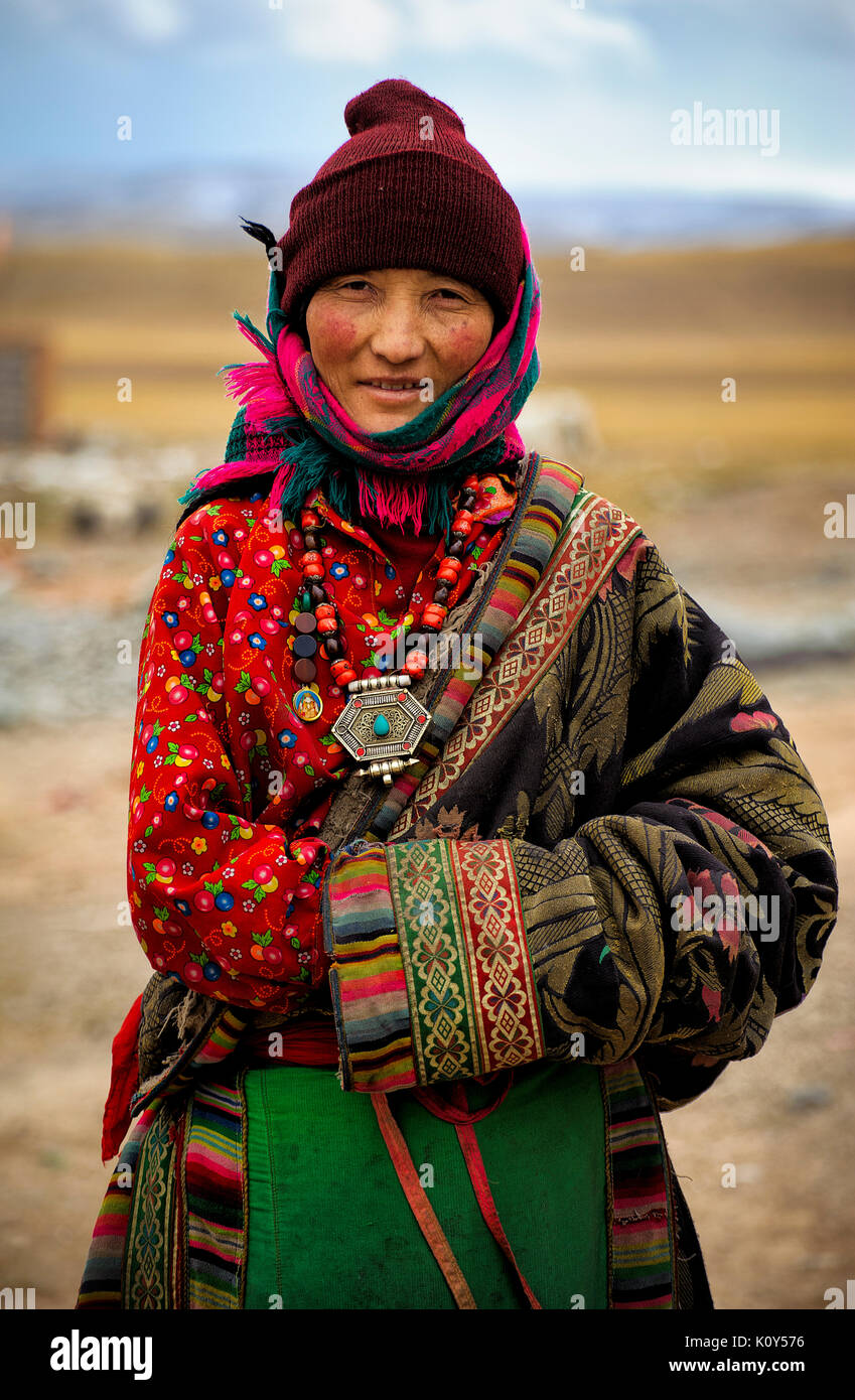 Traditionally dressed Tibetan woman. Remote Tibetan plateau - Stock Image