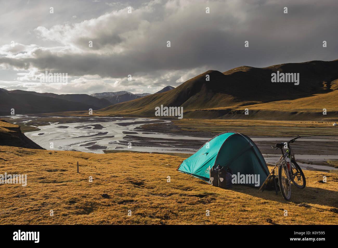 Cycling on the Tibetan plateau - Stock Image