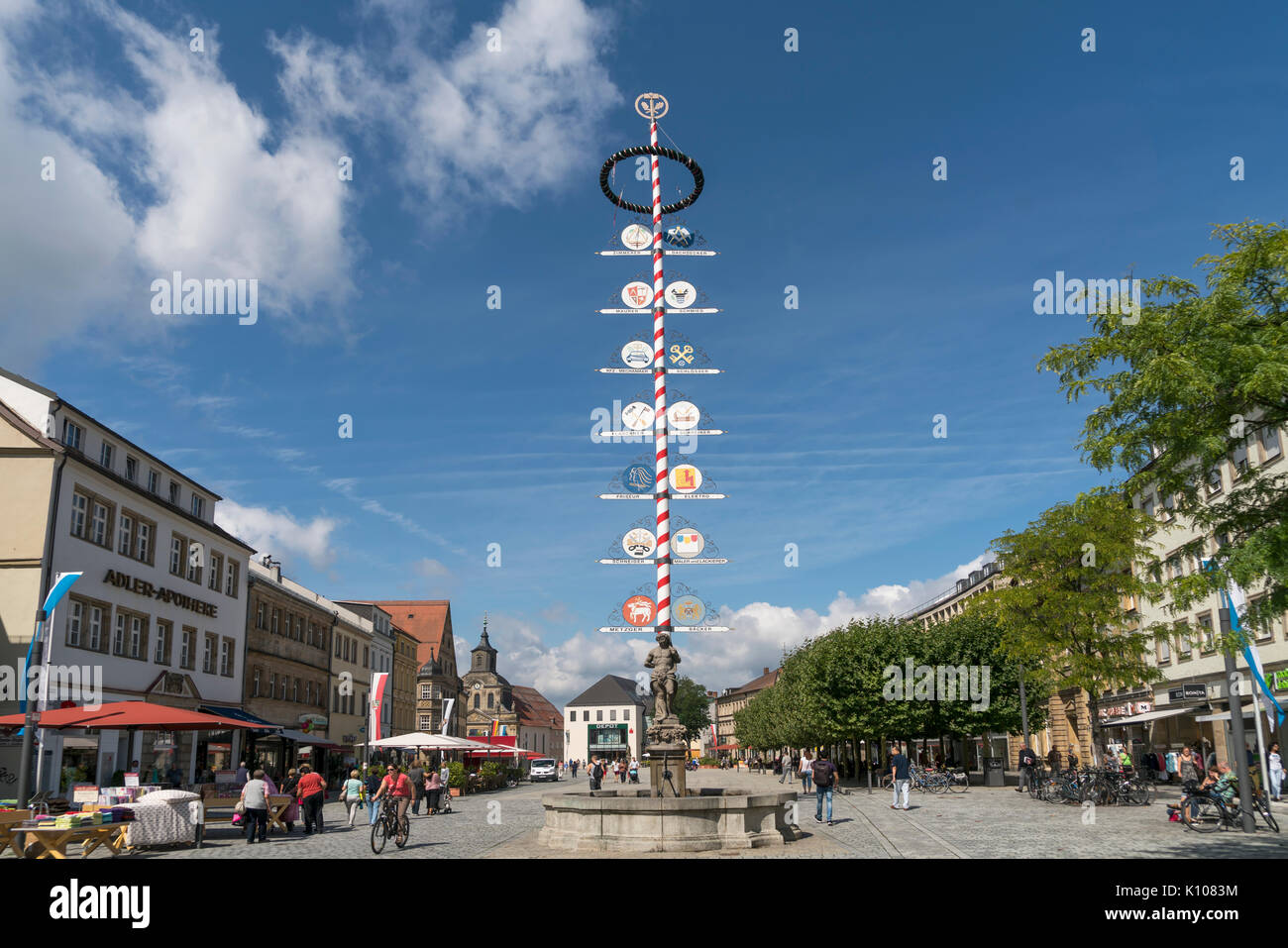 Zunftbaum in der Fussgängerzone Maximilianstrasse,  Bayreuth, Oberfranken, Bayern, Deutschland |  Maypole at the Pedestrian zone Maximilianstrasse,  B - Stock Image