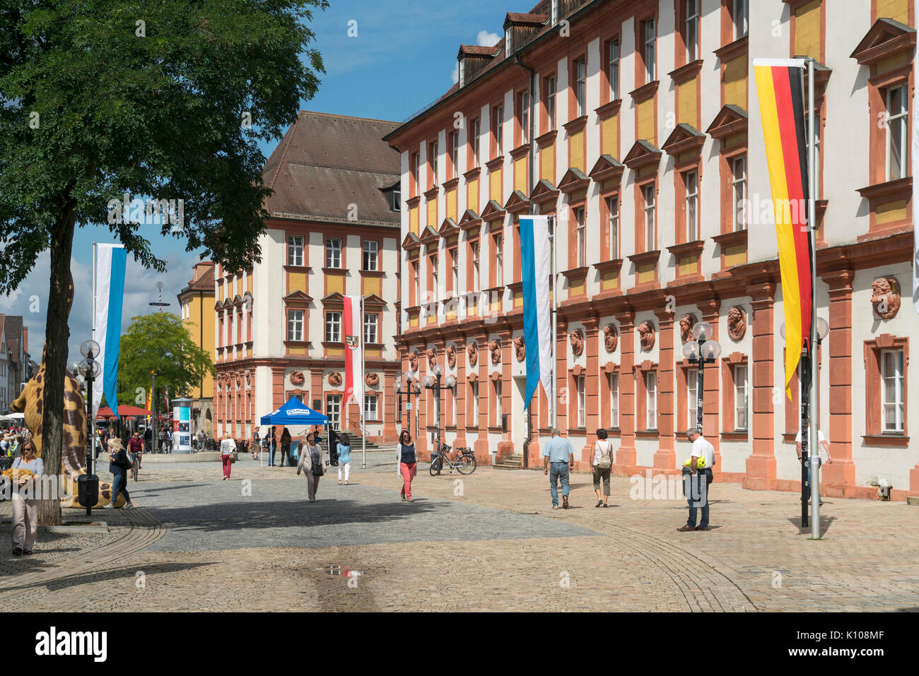 Fussgängerzone Maximilianstrasse und das Alte Schloss in Bayreuth, Oberfranken, Bayern, Deutschland | Pedestrian zone Maximilianstrasse and the Old Ca - Stock Image
