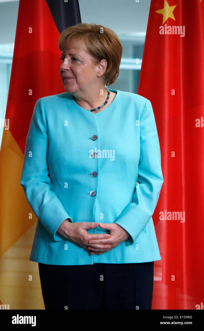 """BKin Angela Merkel konzentriert sich auf eine perfekte Darstellung ihrer """"Raute"""" - Treffen der dt. Bundeskanzlerin mit dem chinesischen Staatspraeisde Stock Photo"""