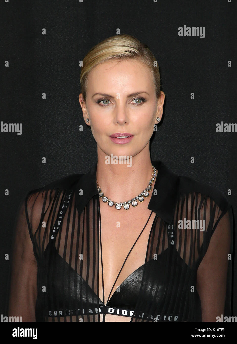 Watch Charlize theron atomic blonde premiere in los angeles video
