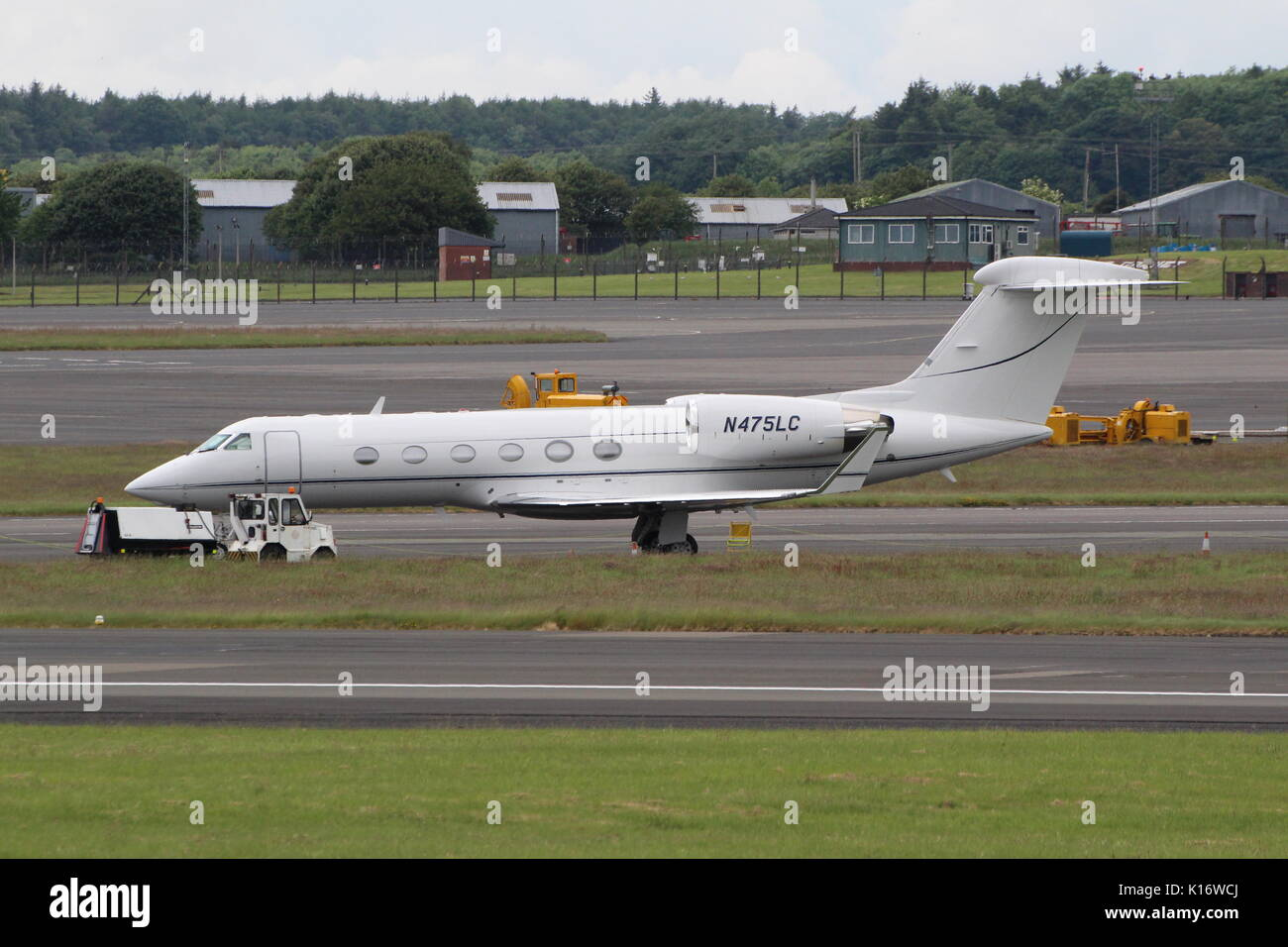 N475LC, a Gulfstream Aerospace G-IV, at Prestwick International Airport in Ayrshire. - Stock Image
