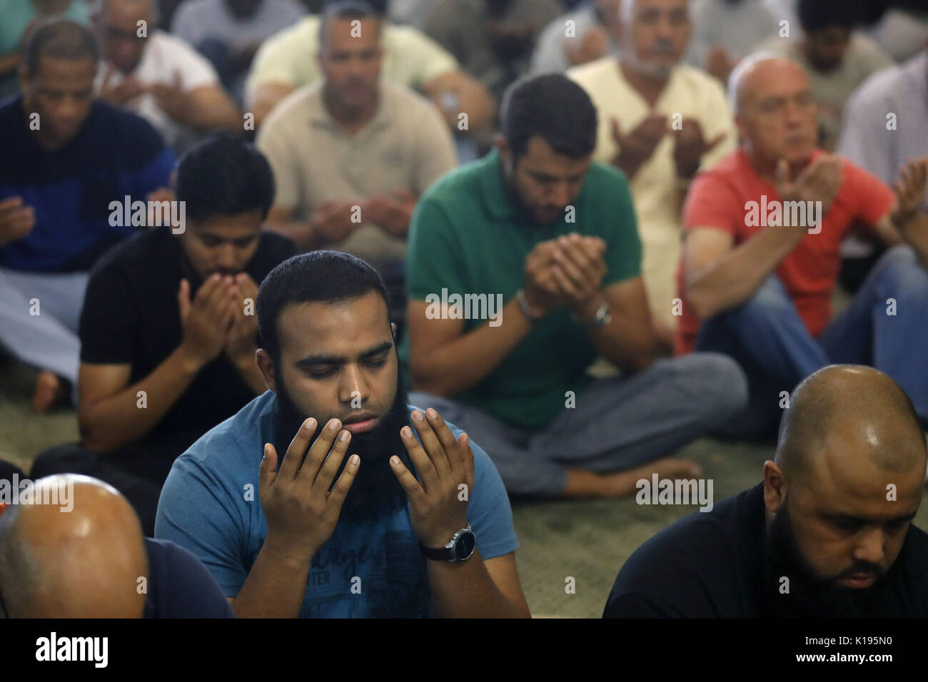 Madrid, Spain. 25th August, 2017. Muslims pray at the Mosque of the Islamic Centre of Madrid, the main mosque of the city and the biggest in Spain, during Friday prayers in Madrid, Spain, 25 August 2017. The Imam of Madrid's Mosque declared 25 August 2017, during Friday prayers, that the muslim community is together with the families of victims of the Catalonian terrorists attacks denying that islamic temples are 'places to train terrorists'. EFE/Juan Carlos Hidalgo/Alamy Live News - Stock Image