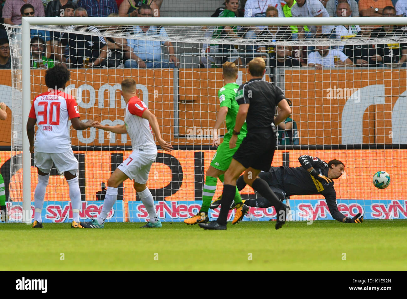 Alfred FINNBOGASON (FC Augsburg,2.v.li) schisst das Tor zum 1-0 gegen Yann SOMMER,Torwart,Torhueter (Borussia Monchengladbach).Aktion,Torschuss, Fussball 1. Bundesliga, 2.Spieltag,  FC Augsburg (A)-Borussia Monchengladbach (MG) 2-2, am 26.08.2017 in Augsburg/Deutschland,WWK   A R E N A. | Verwendung weltweit - Stock Image
