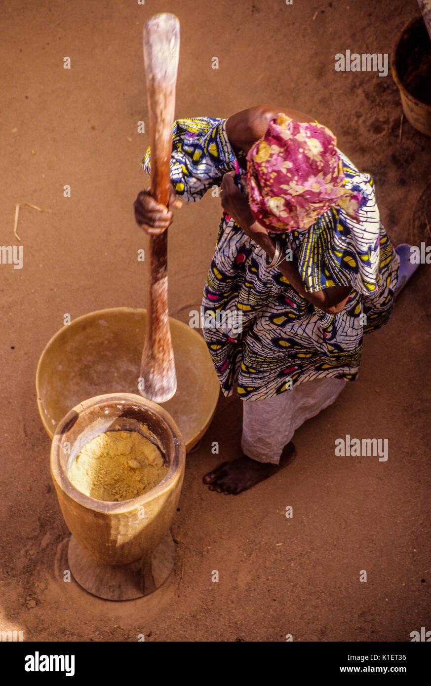 Niger, Agadez, West Africa.  Woman Pounding Millet to make Flour. - Stock Image
