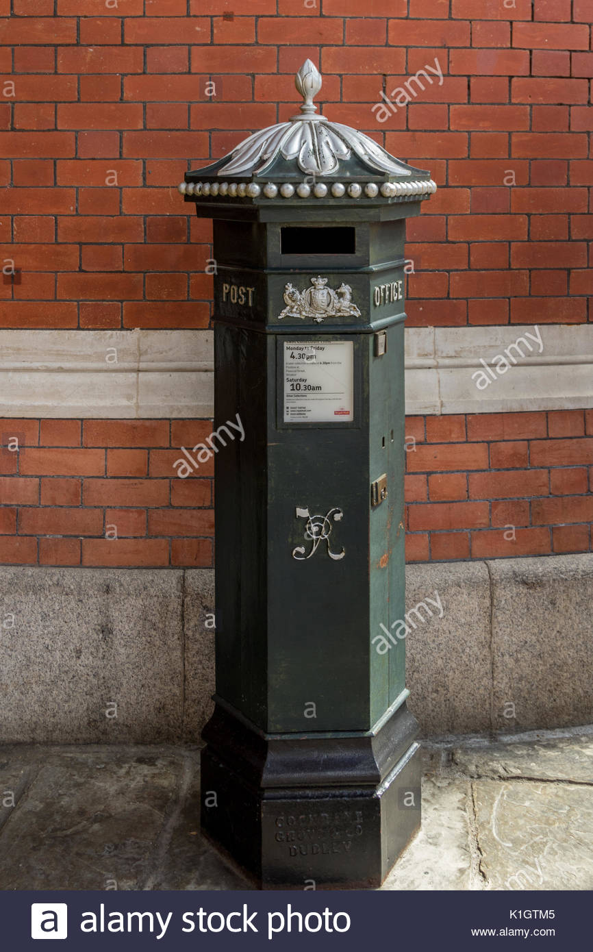 A hexagonal green painted Victorian Postbox located in the Windsor Central Station shopping complex. - Stock Image