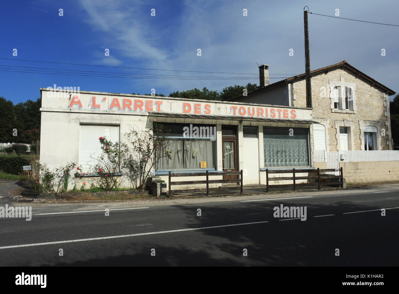 FRANCE CHARENTE-SMALL RESTAURANT CLOSING DOWN-FRENCH VINTAGE-FRENCH COUNTRY- FRENCH CRISE IN RESTAURANT BUSINESS-FAST FOOD VICTIMS © F.BEAUMONT - Stock Image