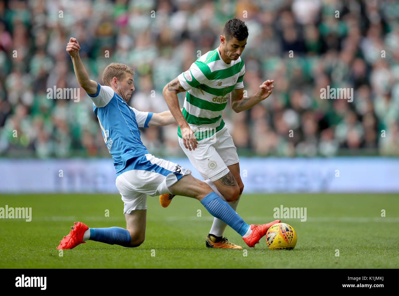 Celtic's Nir Bitton and St Johnstone's David Wotherspoon battle the ball during the Ladbrokes Scottish Premiership match at Celtic Park, Glasgow. - Stock Image