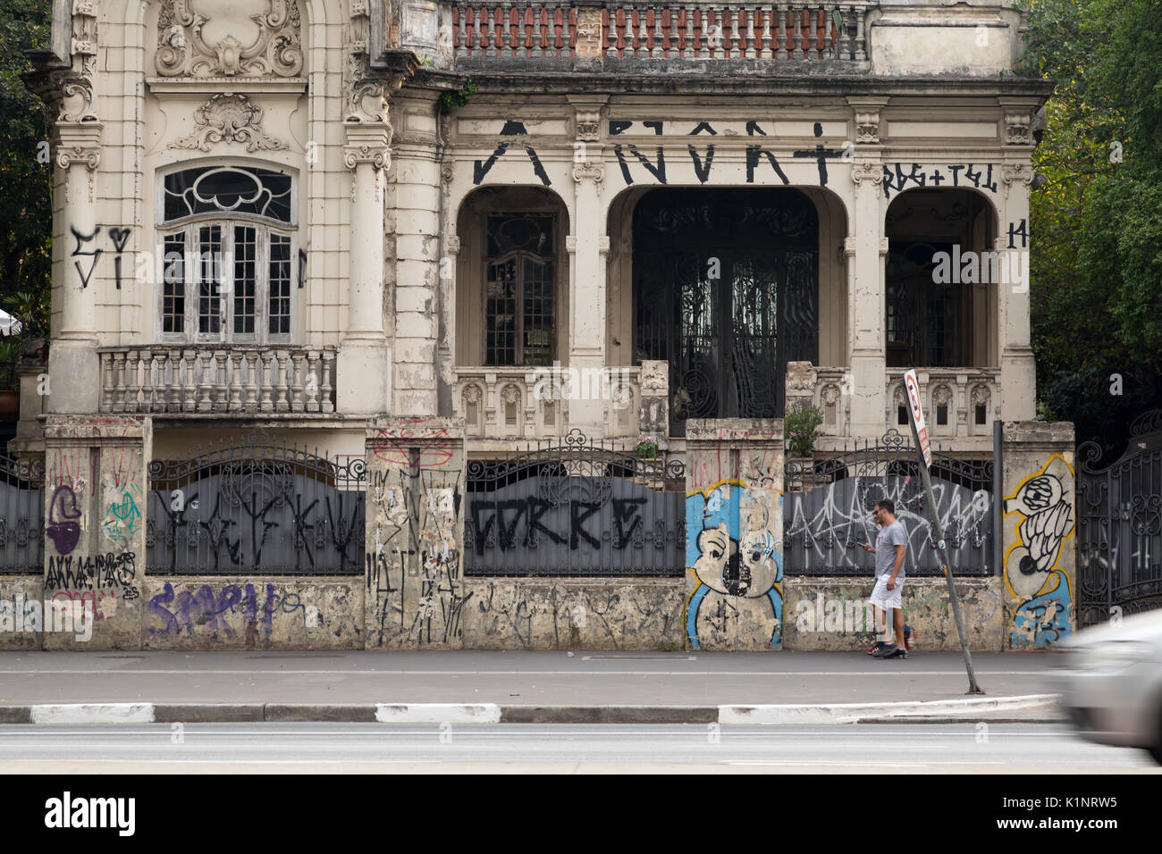 Pedestrians walk past Palacete Franco de Mello, Avenida Paulista, Sao Paulo, Brazil - Stock Image