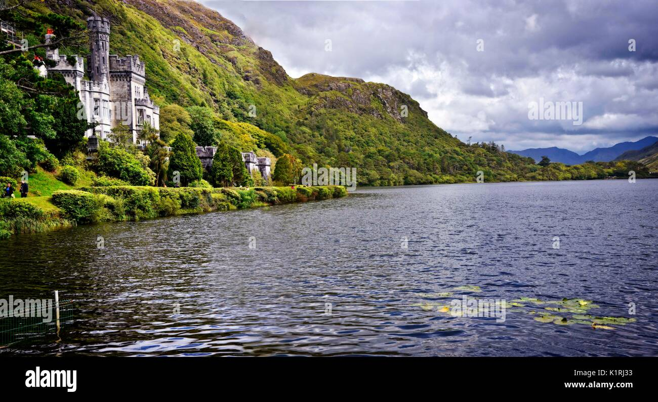 Kylemore Abbey (Irish: Mainistir na Coille Móire) a Benedictine monastery founded in 1920 on the grounds of Kylemore Castle, Connemara, County Galway. - Stock Image