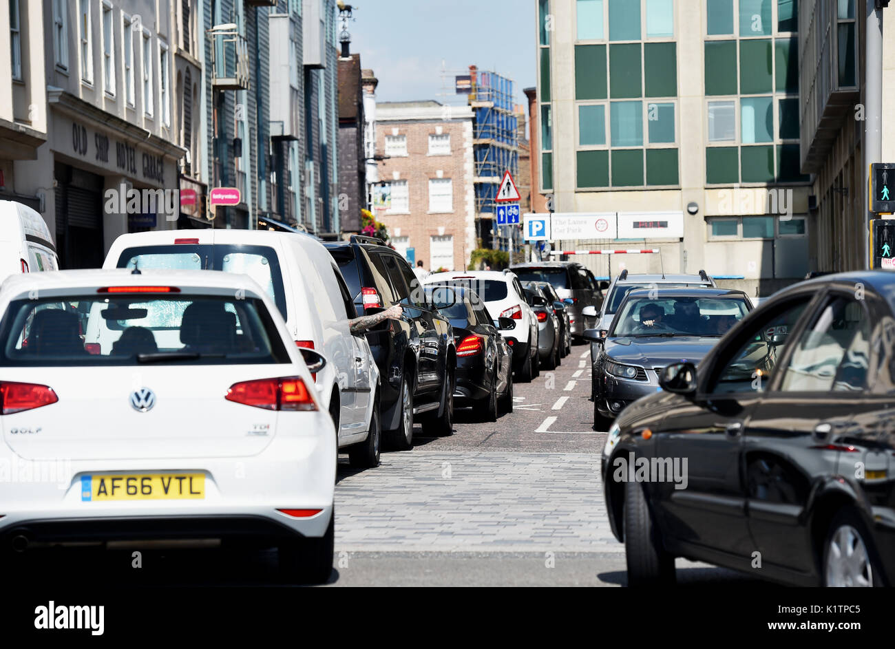 Brighton UK 27th August 2017 - Traffic congestion on Brighton seafront as crowds queue to get into the city car parks on a hot sunny day as temperatures are expected to reach as high as 28 degrees over the bank weekend which is a record for August Photograph taken by Simon Dack - Stock Image